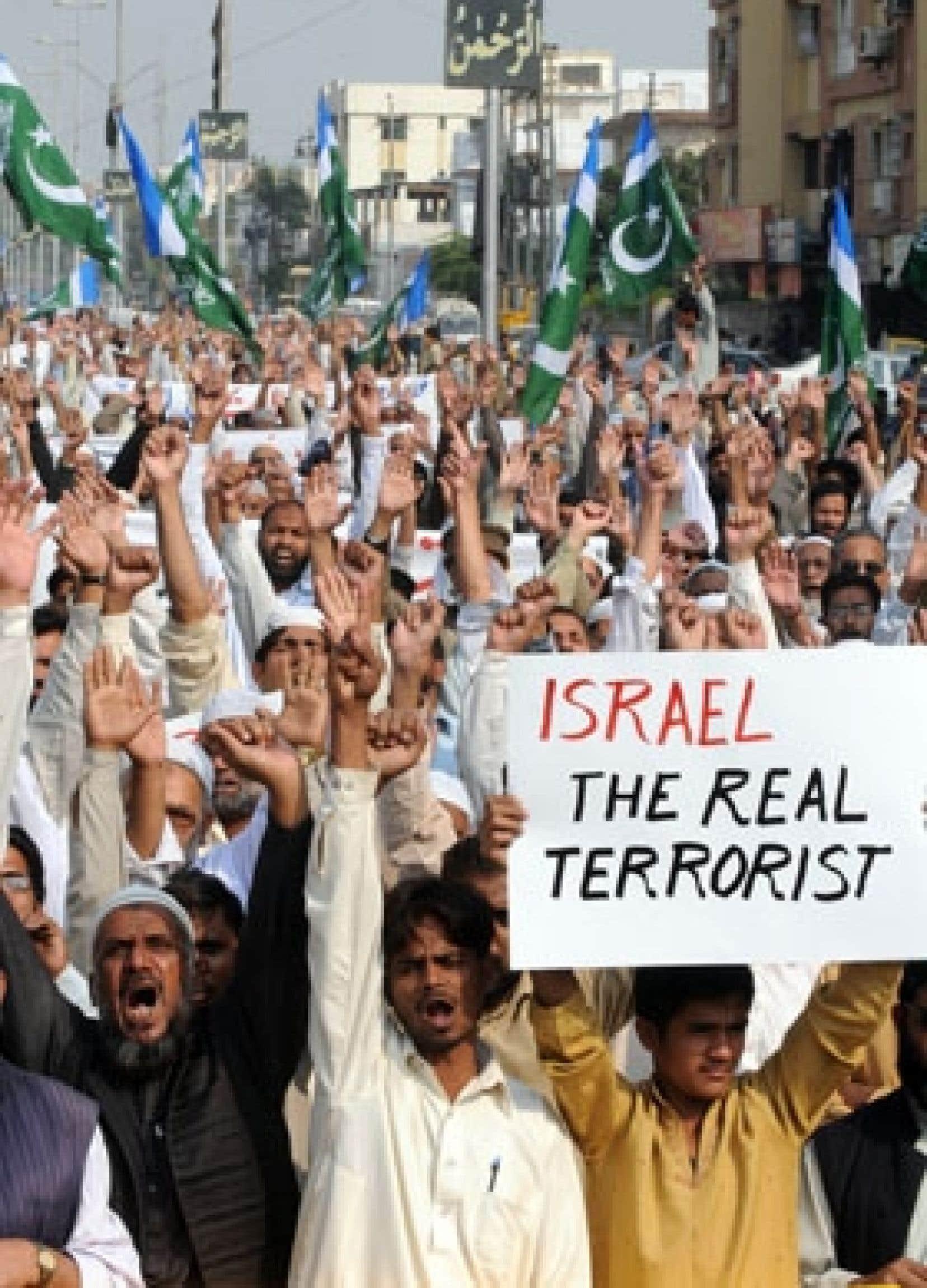 Des dizaines de milliers de personnes sont descendues hier dans les rues pour condamner des frappes qui ont coûté la vie à près de 300 Palestiniens. Ci-dessus, une manifestation à Karachi, au Pakistan.