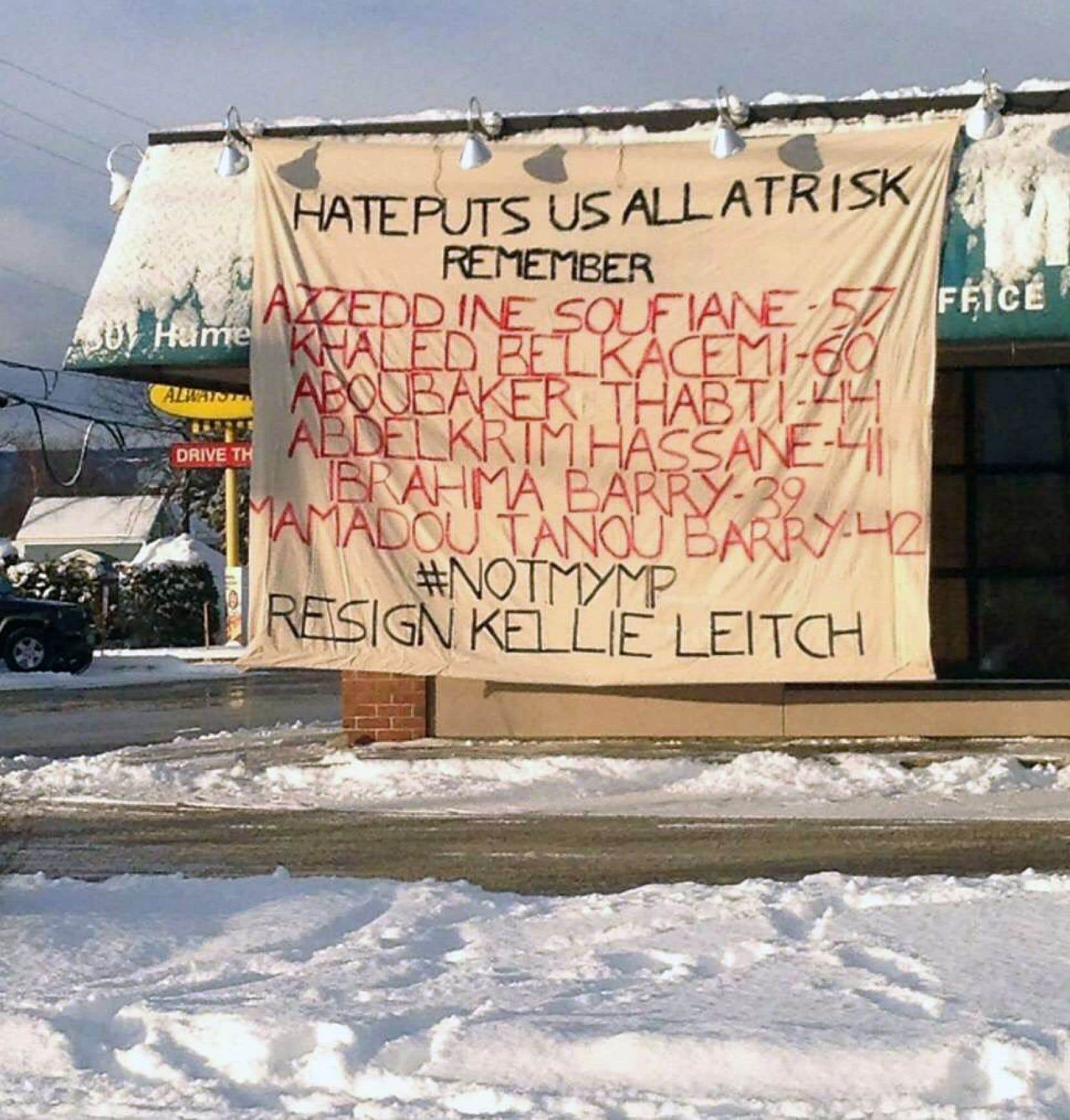 La banderole déroulée sur le bureau de circonscription de Kellie Leitch exigeait sa démission.