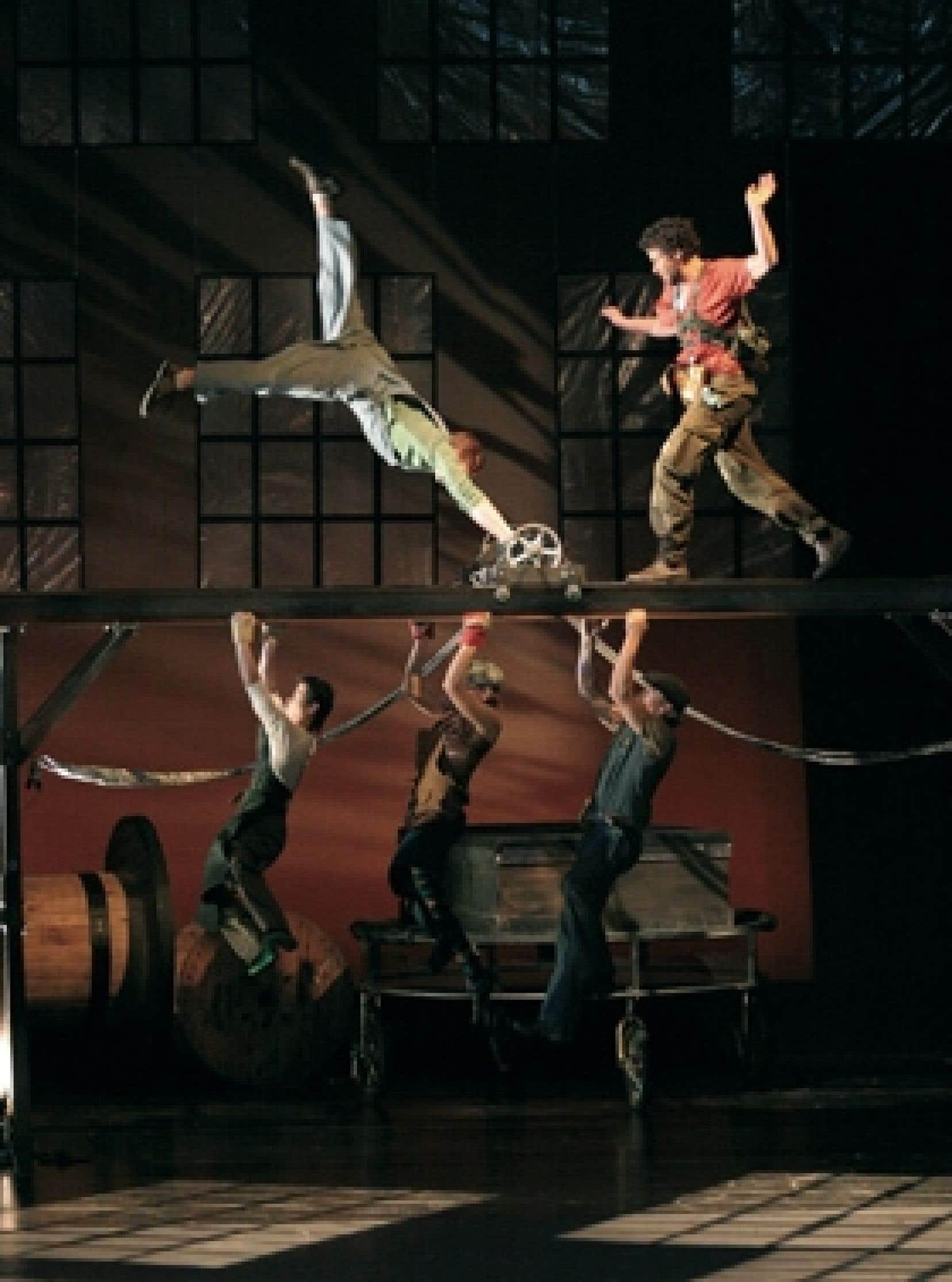Le monde irréel de Birdhouse Factory est celui créé par Chris Lashua, un acrobate mordu de mécanique, qui s'est inspiré des univers de Chaplin et de Diego Rivera pour inventer un décor où la machinerie et les engrenages battent la mesure.