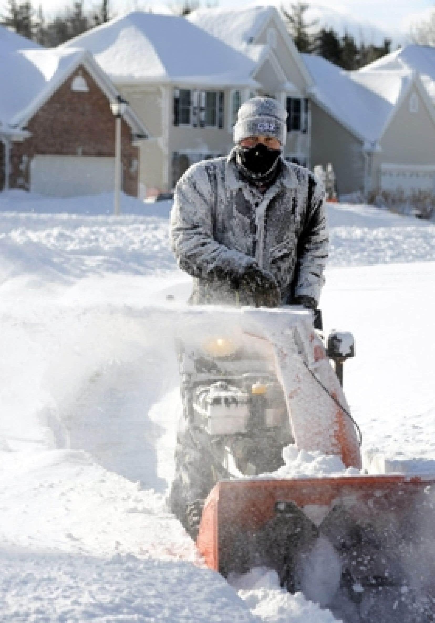 Un résidant de Lancaster, dans l'État de New York, goûte aux joies de l'hiver.