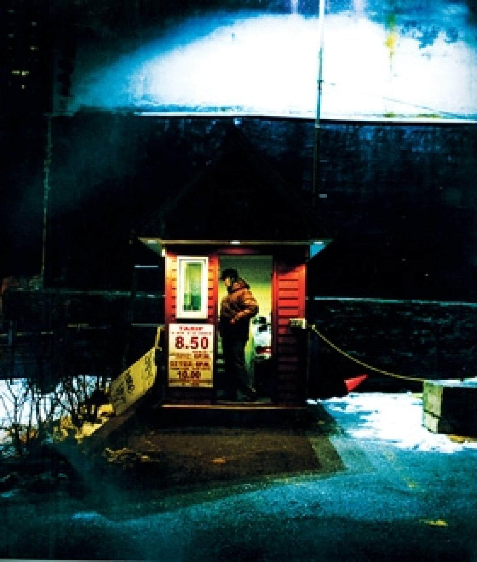 La solitude du gardien de parking. Les deux photographies sont tirées de 24h/24 – La nuit se lève; texte de Véronique Dassas.