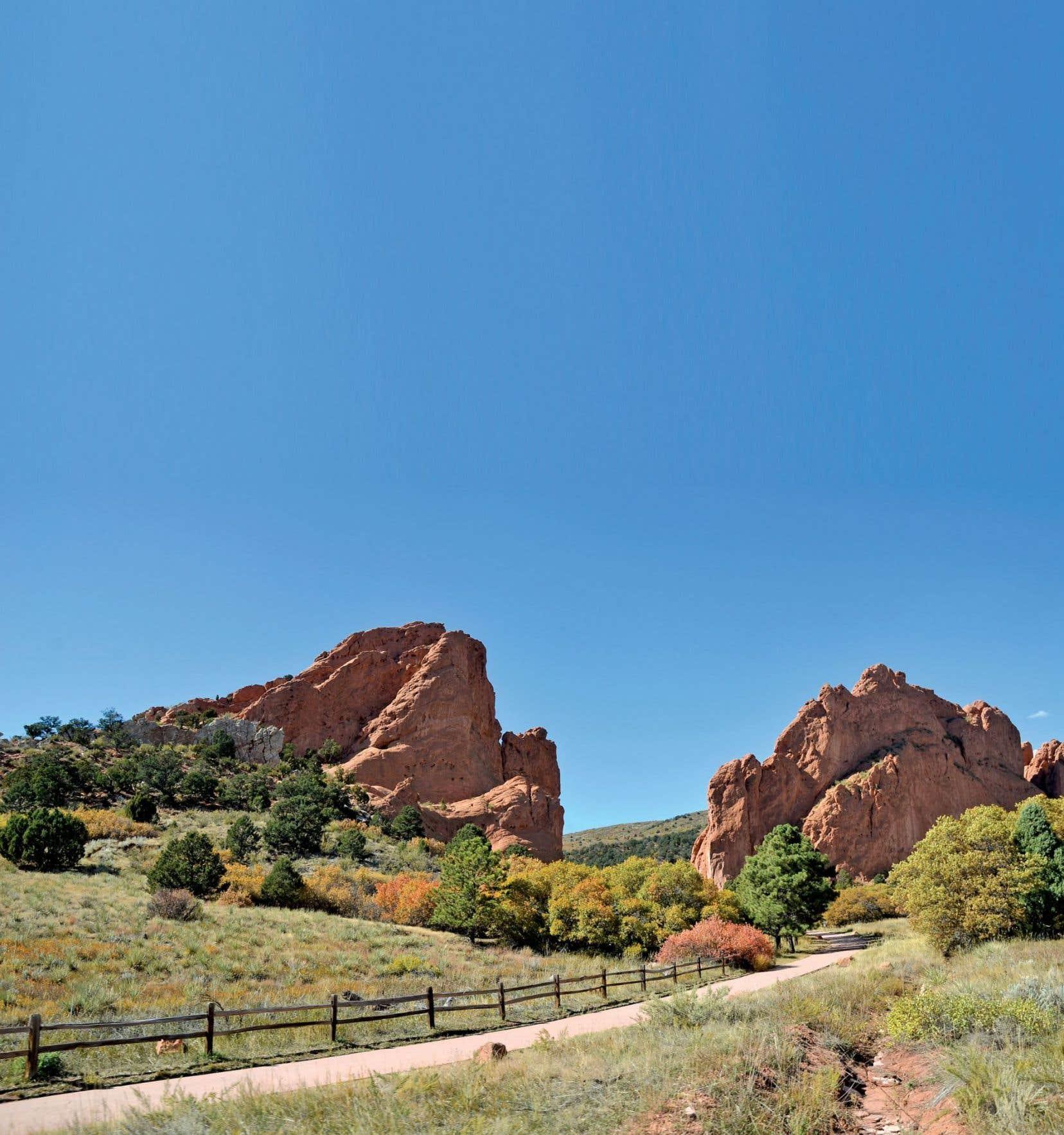 Le plateau verdoyant du Garden of the Gods est parsemé de formations rocheuses portant des noms aussi fantaisistes que leurs formes. Une vingtaine de kilomètres de sentiers pédestres sillonnent le parc naturel. Ici, les rochers Ho.