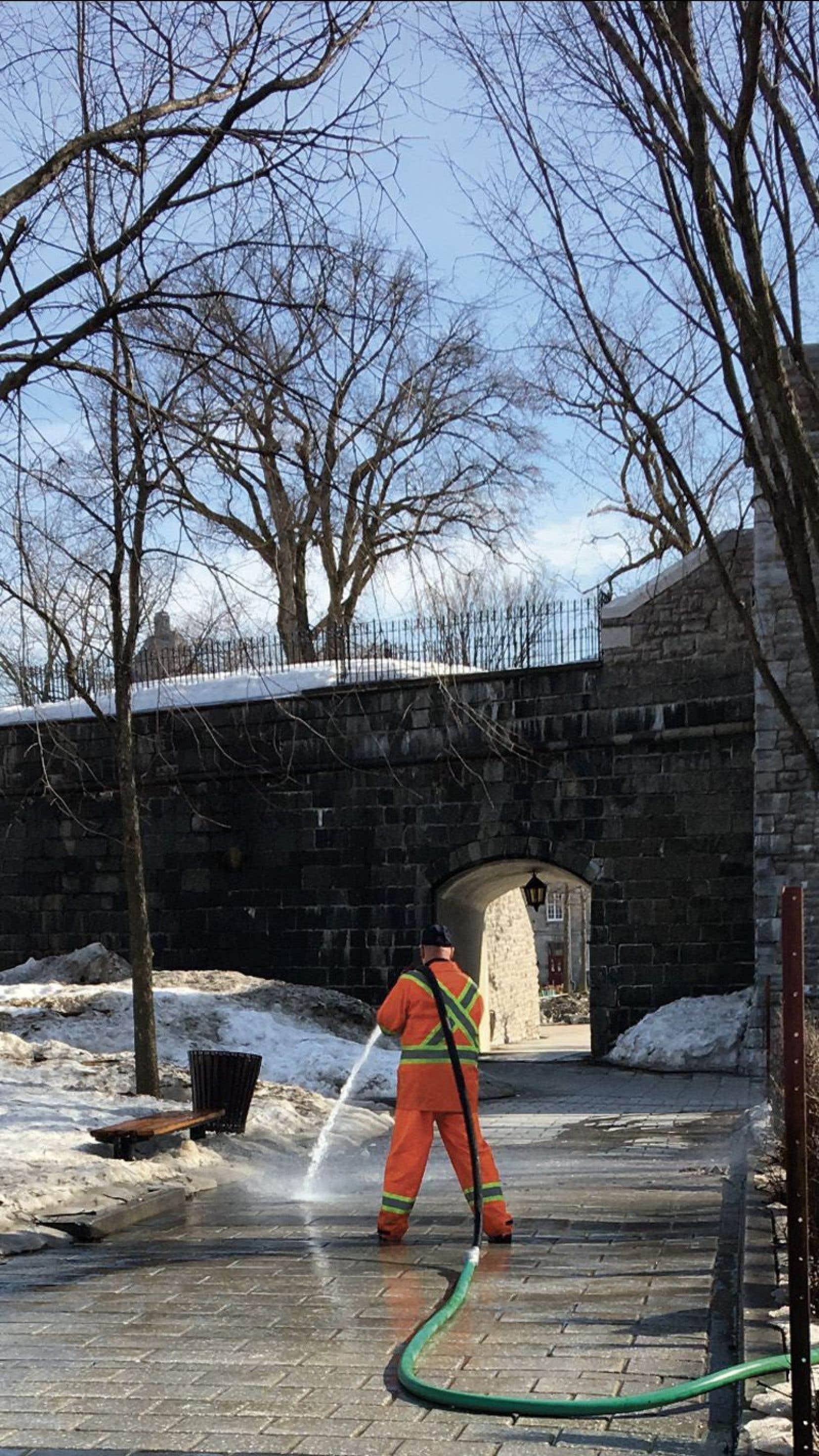 «Le Devoir» révélait le mois dernier que la Ville de Québec utilise de l'eau potable à grands jets pour nettoyer ses rues et ses trottoirs.