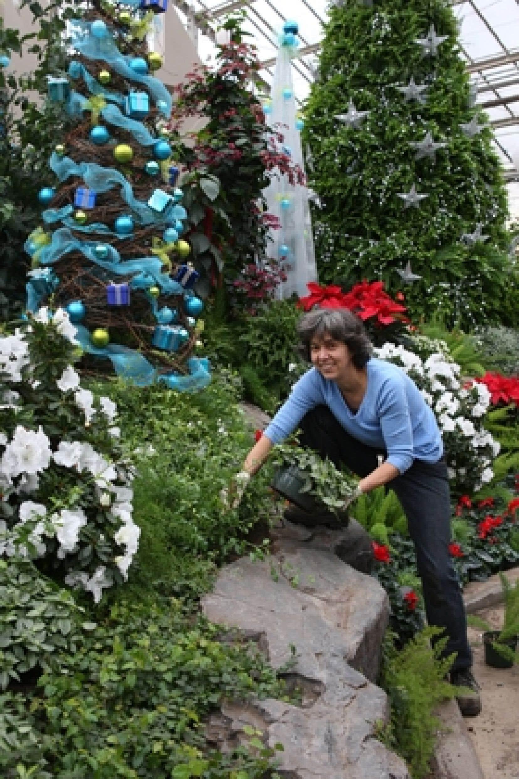 Toute une équipe participe au montage et au démontage des expositions. Ici, l'horticultrice Nicole Perrier dispose un plant sur un des planchers de l'exposition.