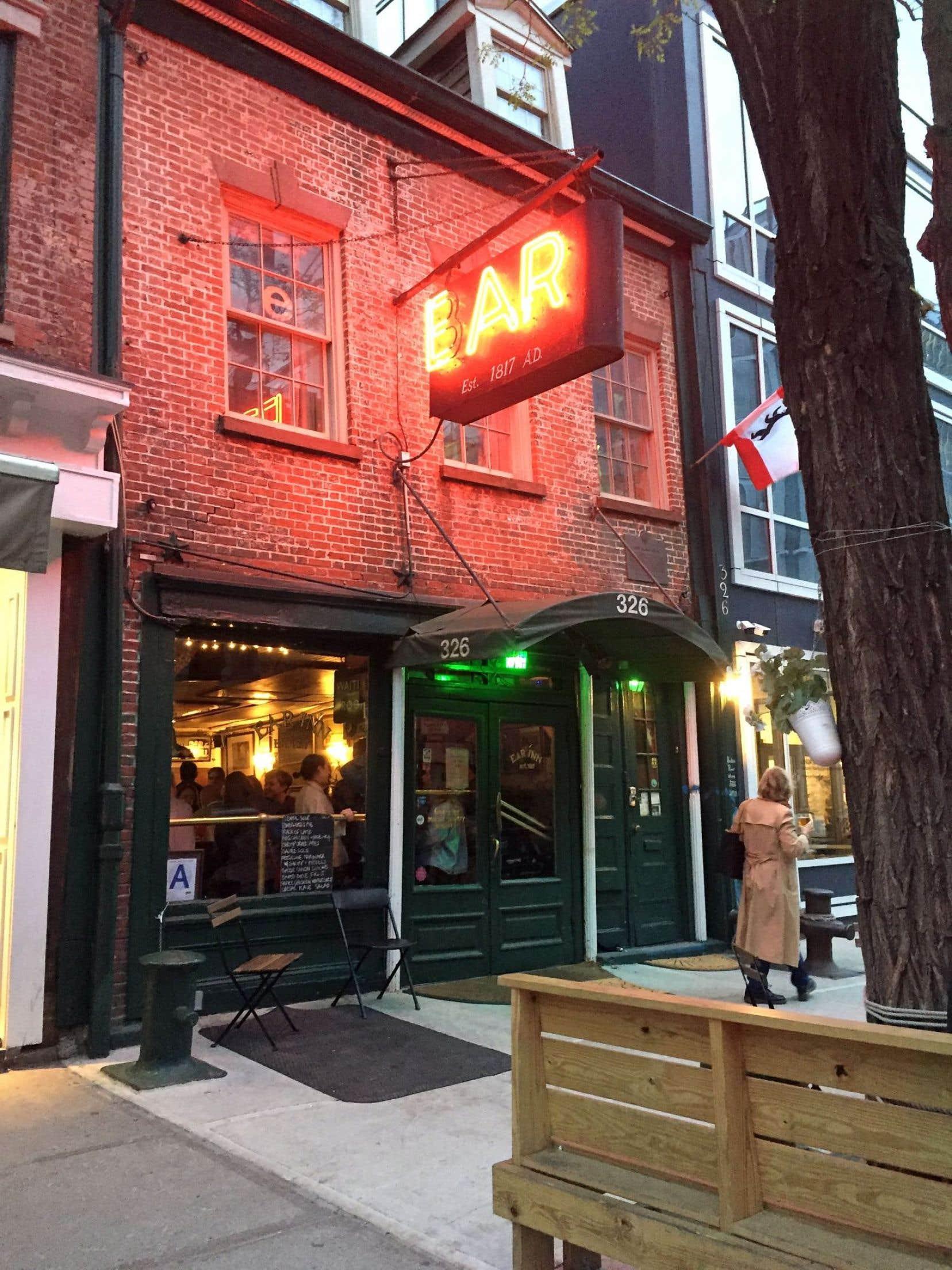 Jusqu'à ce que les nouveaux propriétaires mettent la main sur cet édifice dans les années 1970, ce bar sans nom était connu sous celui de The Green Door, en l'honneur de sa porte… verte.