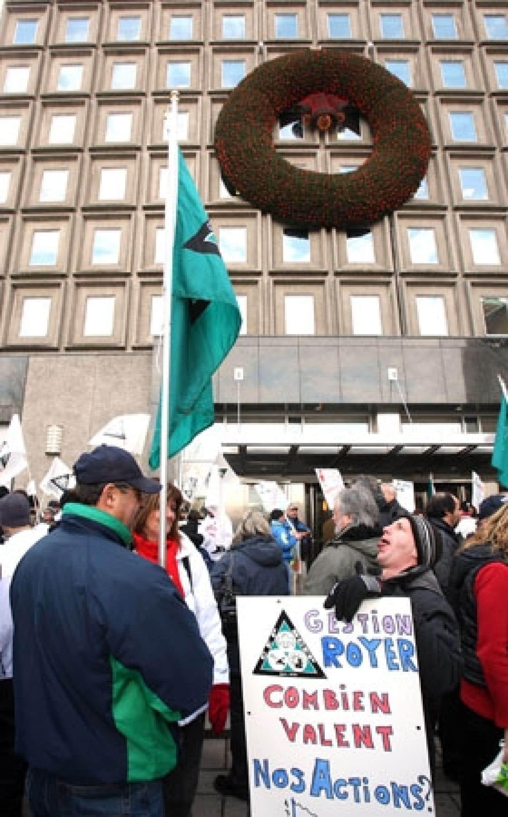 Une centaine de personnes ont manifesté hier devant les bureaux montréalais de Domtar.
