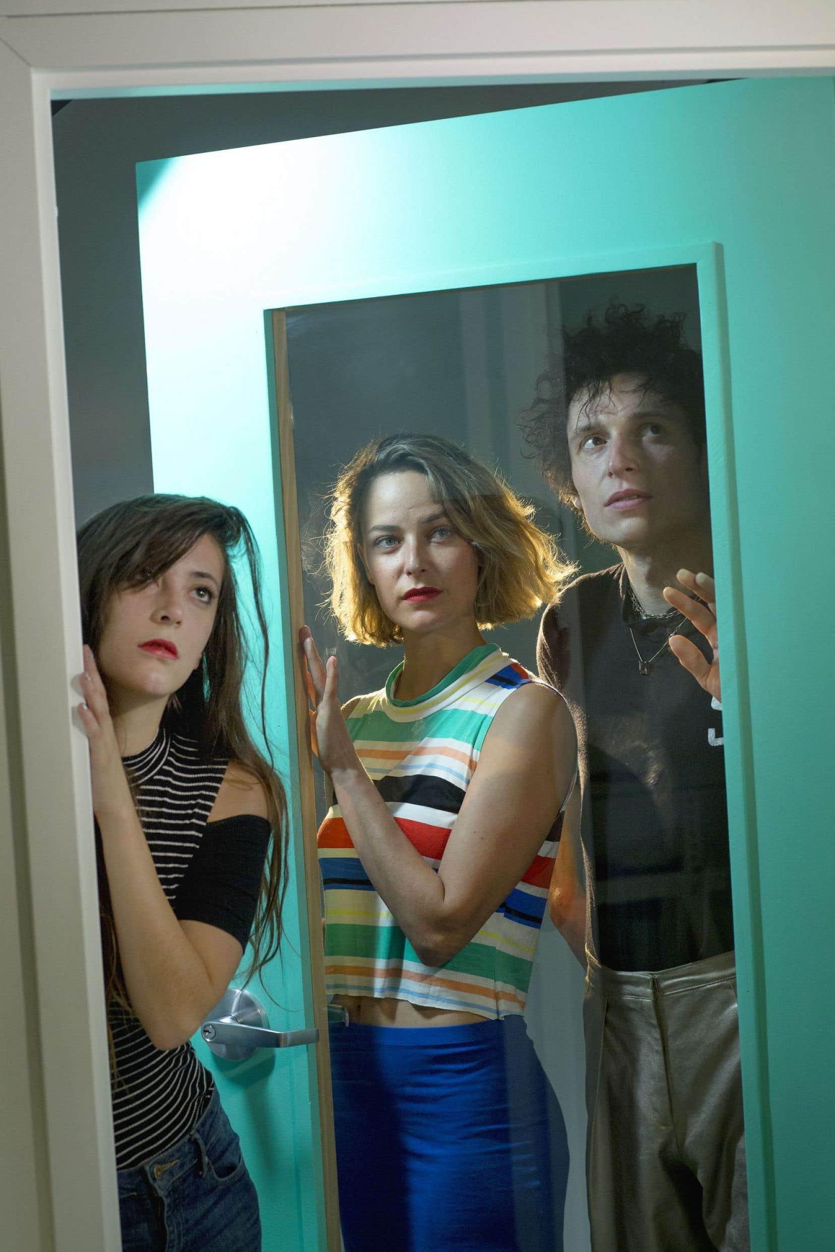 Le premier album complet du trio propose une manière Paupière bien définie. Oui, c'est une sorte de chanson synth-pop néo-nineties à la base, mais enrichie aux enzymes.