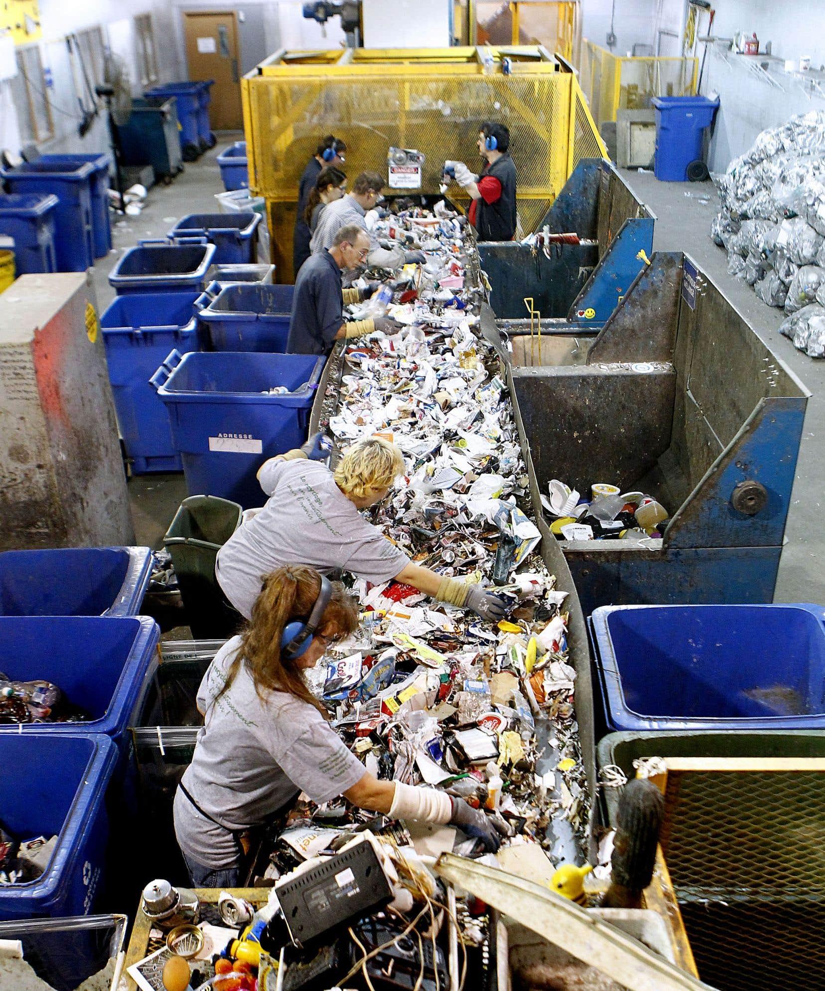 Les plus récentes données disponibles indiquent que plus de 60% des 800000 tonnes de matières récupérées annuellement au Québec sont envoyées à l'extérieur de la province.