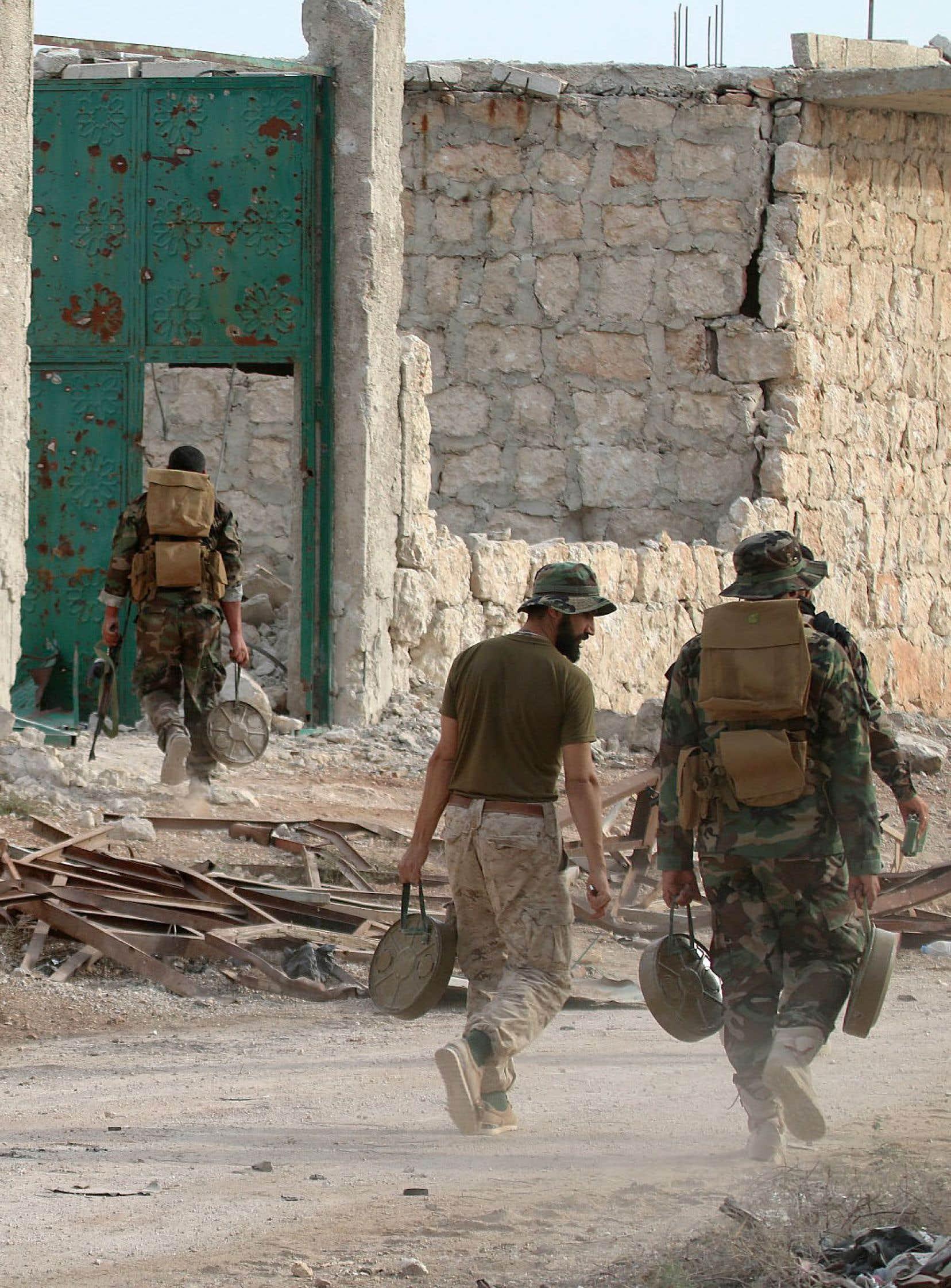 Des soldats de l'armée syrienne transportent des mines dans la zone de la colline Bazo, dans la banlieue d'Alep.