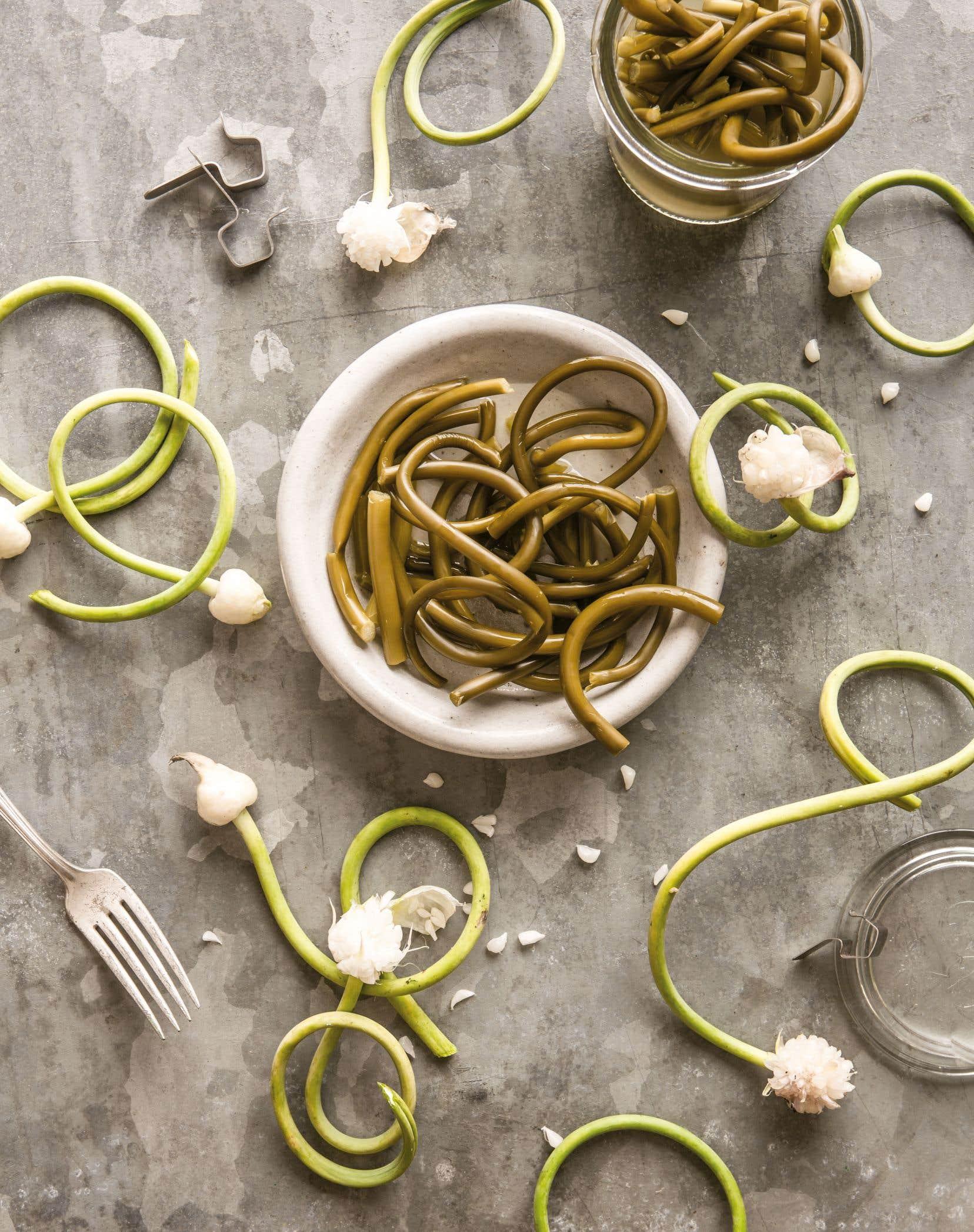Les tiges de fleurs d'ail fermentées sont un petit délice lorsque broyées et ajoutées discrètement à une vinaigrette ou à une sauce piquante.