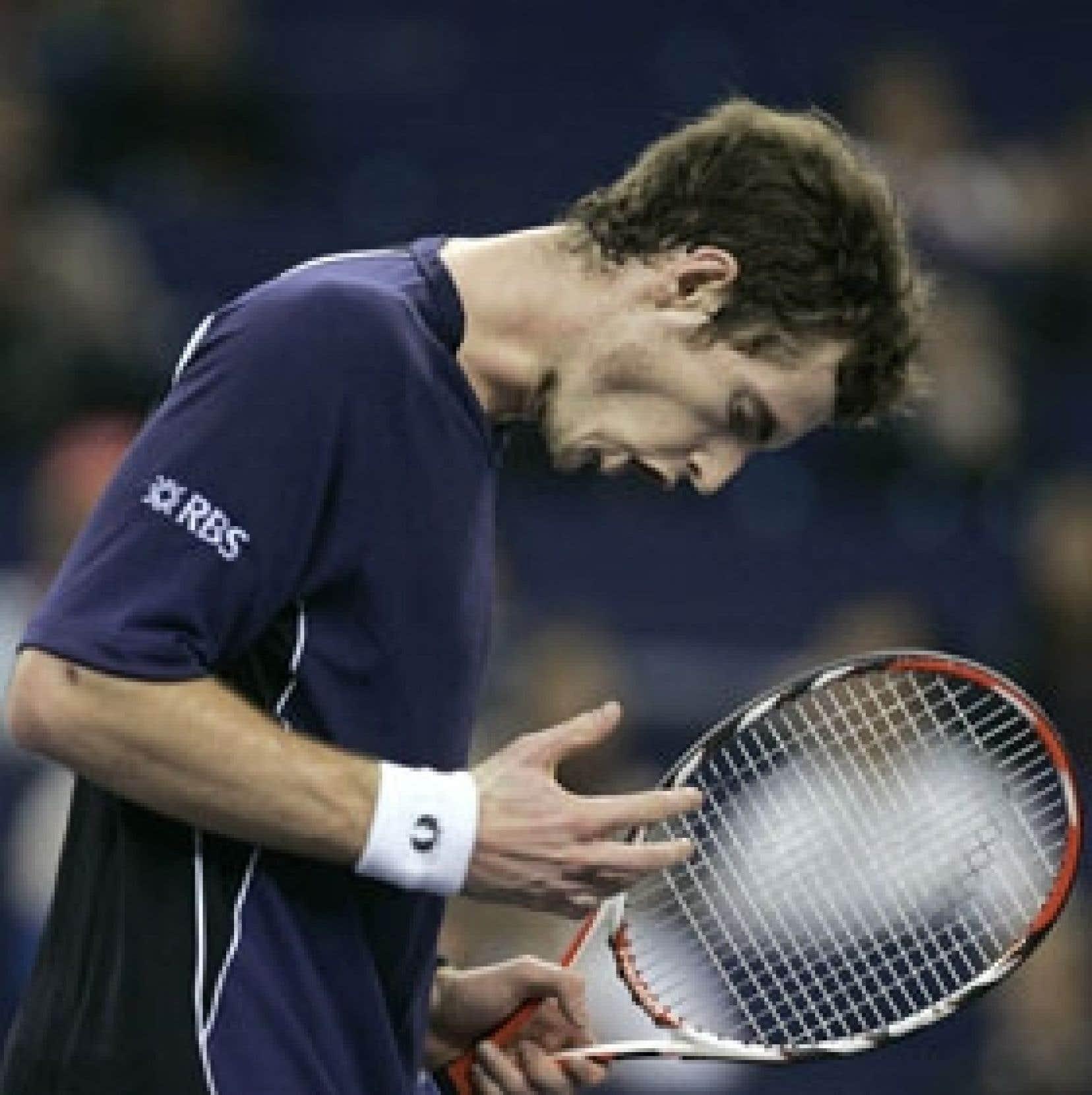 L'Écossais Andy Murray s'est qualifié pour les demi-finales de la coupe Masters de tennis, hier, après avoir battu le Français Gilles Simon 6-4 et 6-2 à Shanghai.