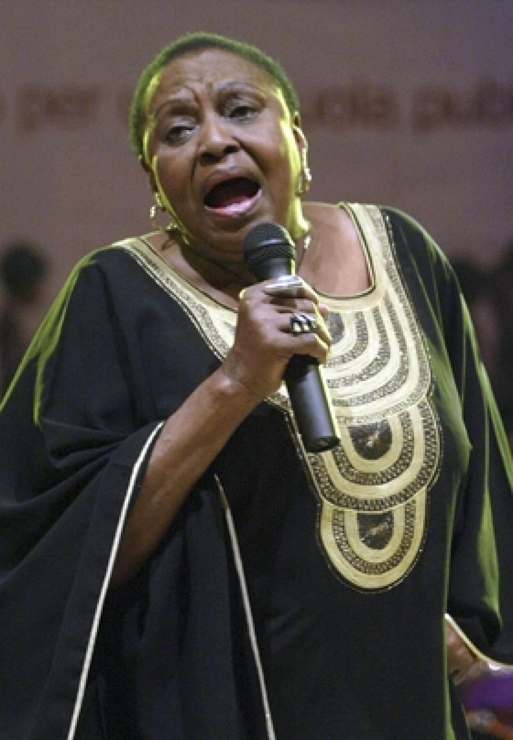 Miriam Makeba, une grande voix de la chanson mondialement connue comme «Mama Africa», a été saluée par le continent africain comme une des «mères» de la lutte anti-apartheid, après son décès dans la nuit de dimanche à hier en Italie.
