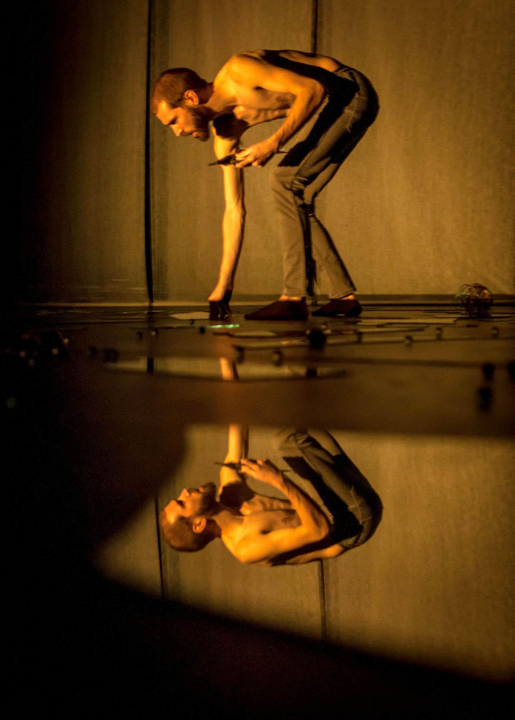 Thomas Duret démontre un indéniable talent pour ce que les spécialistes de la danse appellent les états de corps.