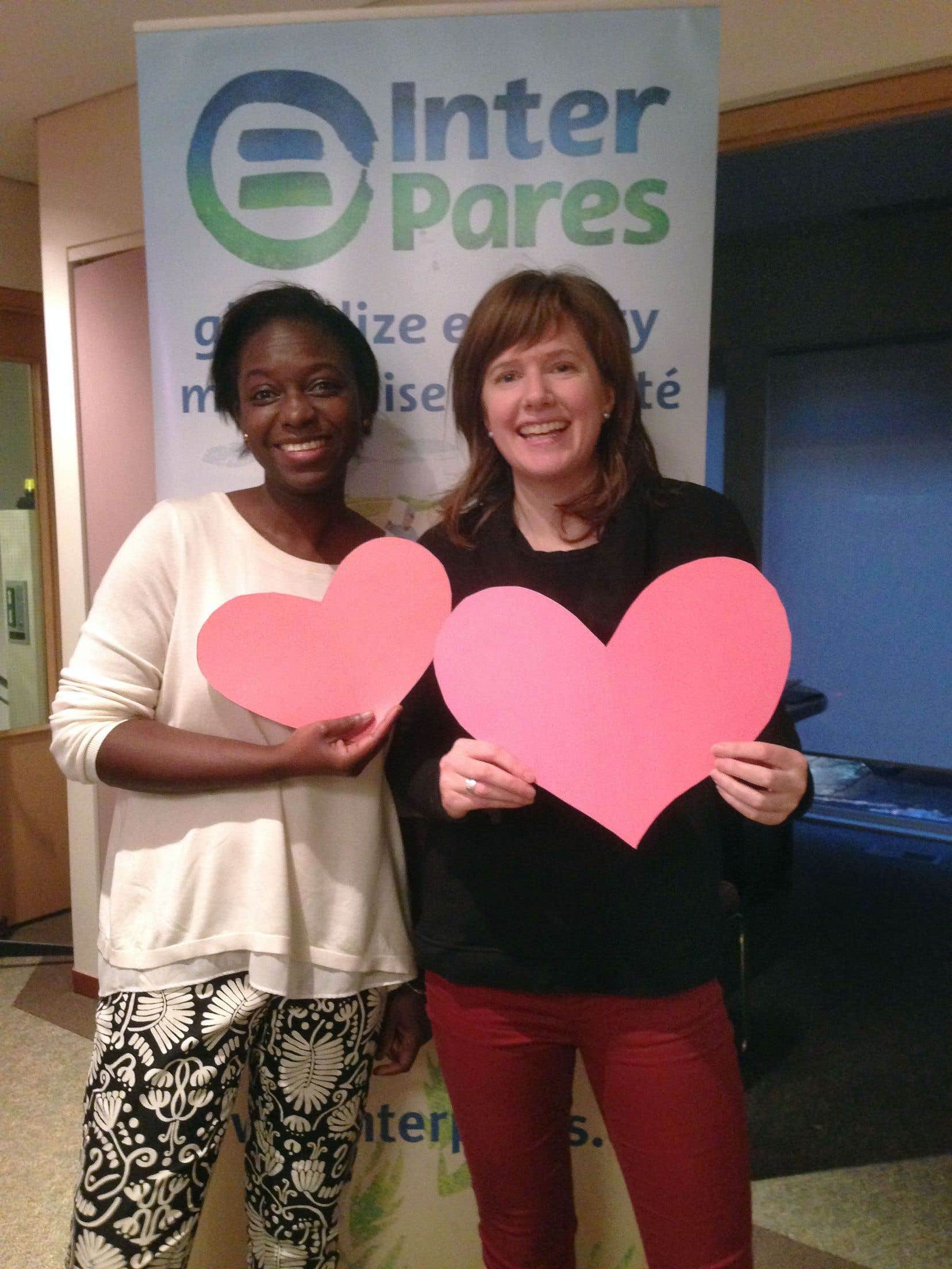Kathryn Dingle (à droite) et Mariétou Diallo, d'Inter Pares.
