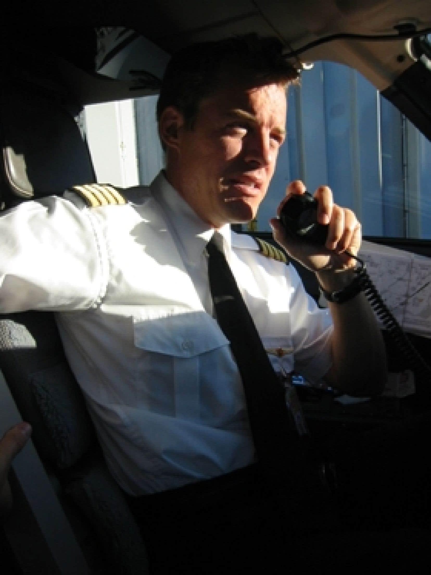 Marc-Antoine Plourde, commandant chez Air Canada, préside le Centre de recherche et de formation DePlour. L'entreprise organise notamment des séminaires pour aider à vaincre la peur de l'avion. Elle affirme afficher un taux de réussite de 95 %.
