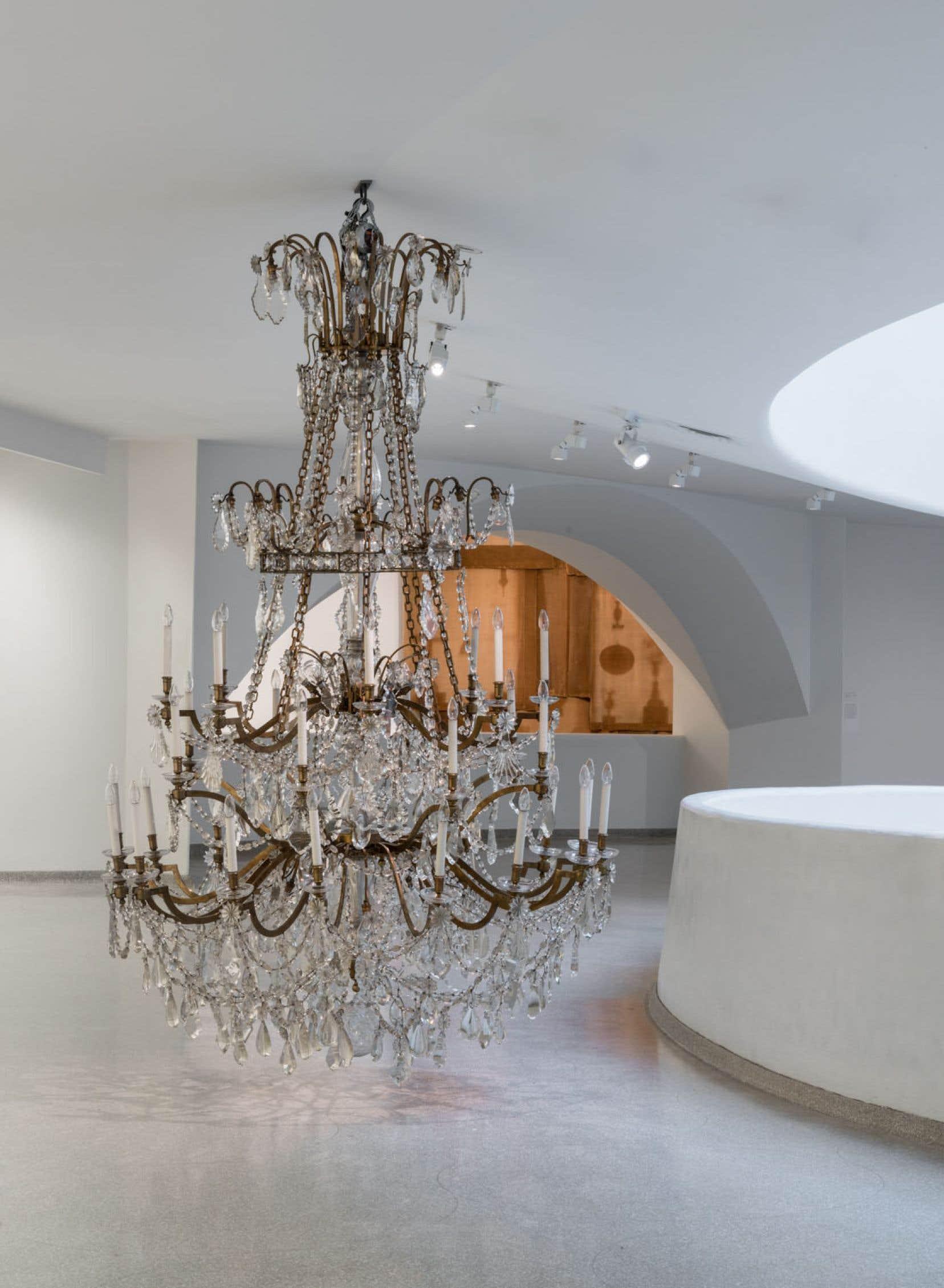 Danh Vo, 8:03:51, 28.05.2009. Un des chandeliers accrochés dans l'hôtel Majestic, où furent signés en 1973 les accords de paix de Paris qui officiellement concluaient la guerre du Vietnam, pays d'origine de l'artiste. Vo explique que ces objets décoratifs sont «désignés pour vous faire oublier, pour vous amener à abandonner votre tristesse».