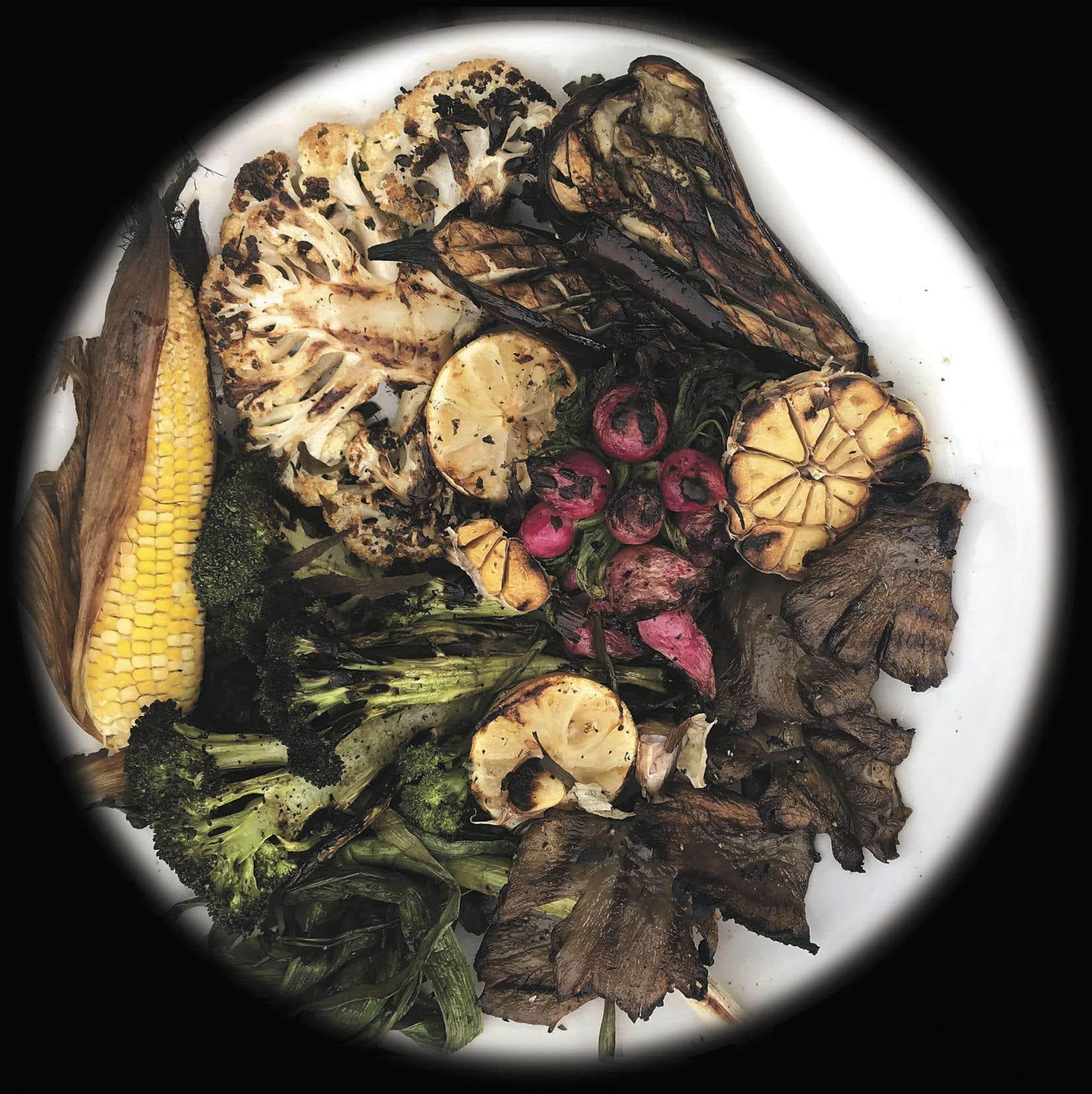 Servir avec l'ail confit, les citrons et la lime restants, ainsi que la vinaigrette