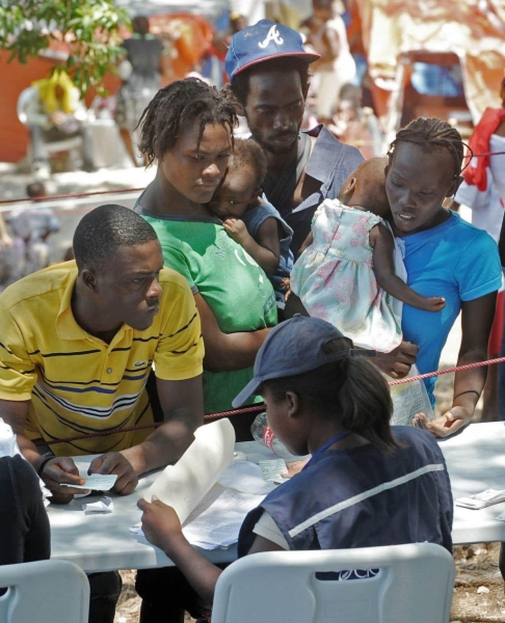 Des déplacés du camp de Pétionville s'enregistrent en vue de leur déplacement vers le nouveau camp Corail.
