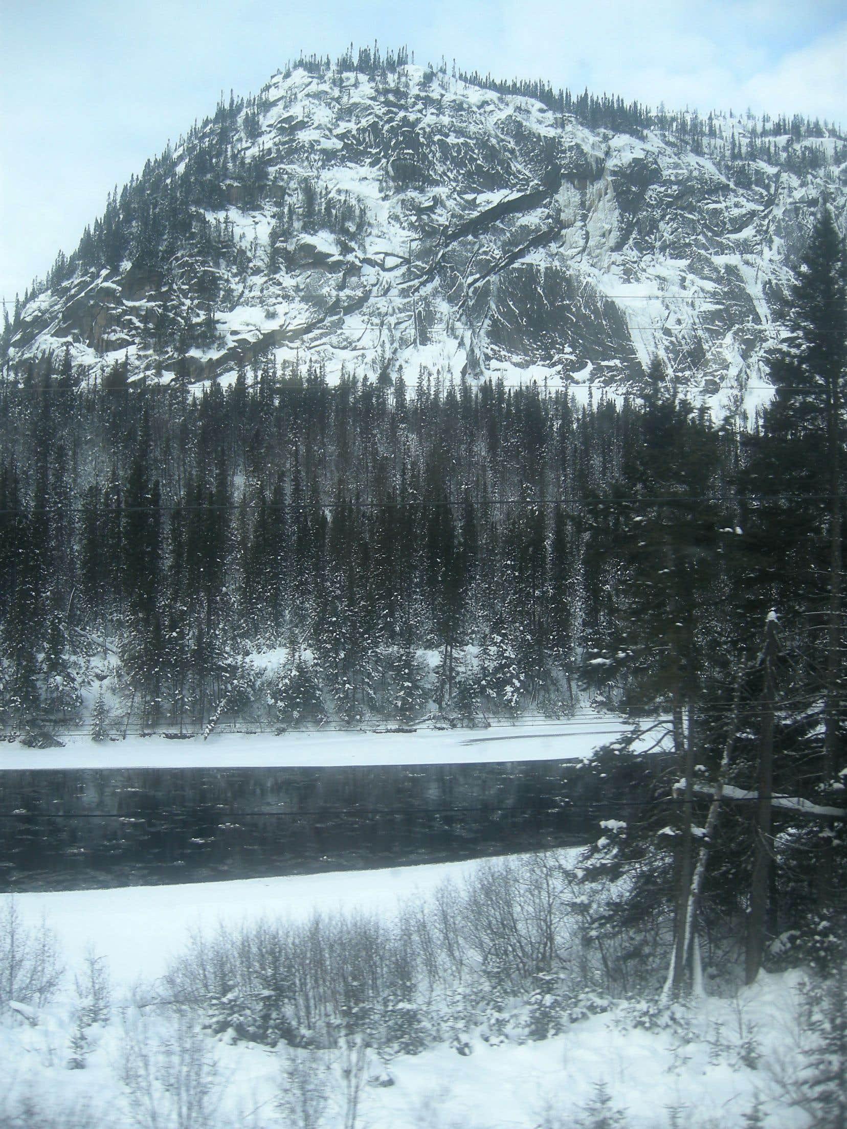 La rivière Moisie croquée du train qui monte à Schefferville.