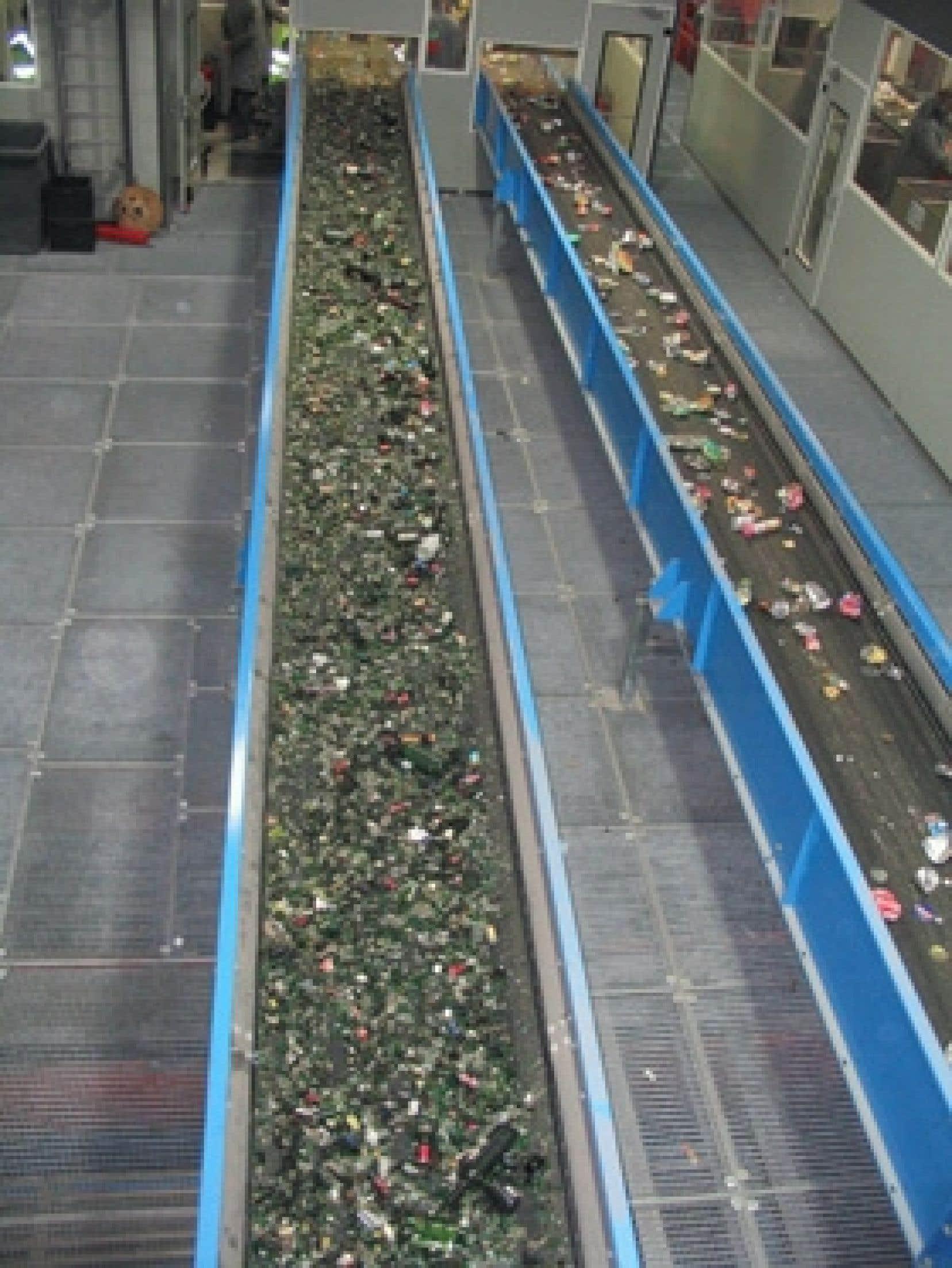 Chaînes de triage de matières résiduelles dans un centre de tri ultramoderne à Lille, en France