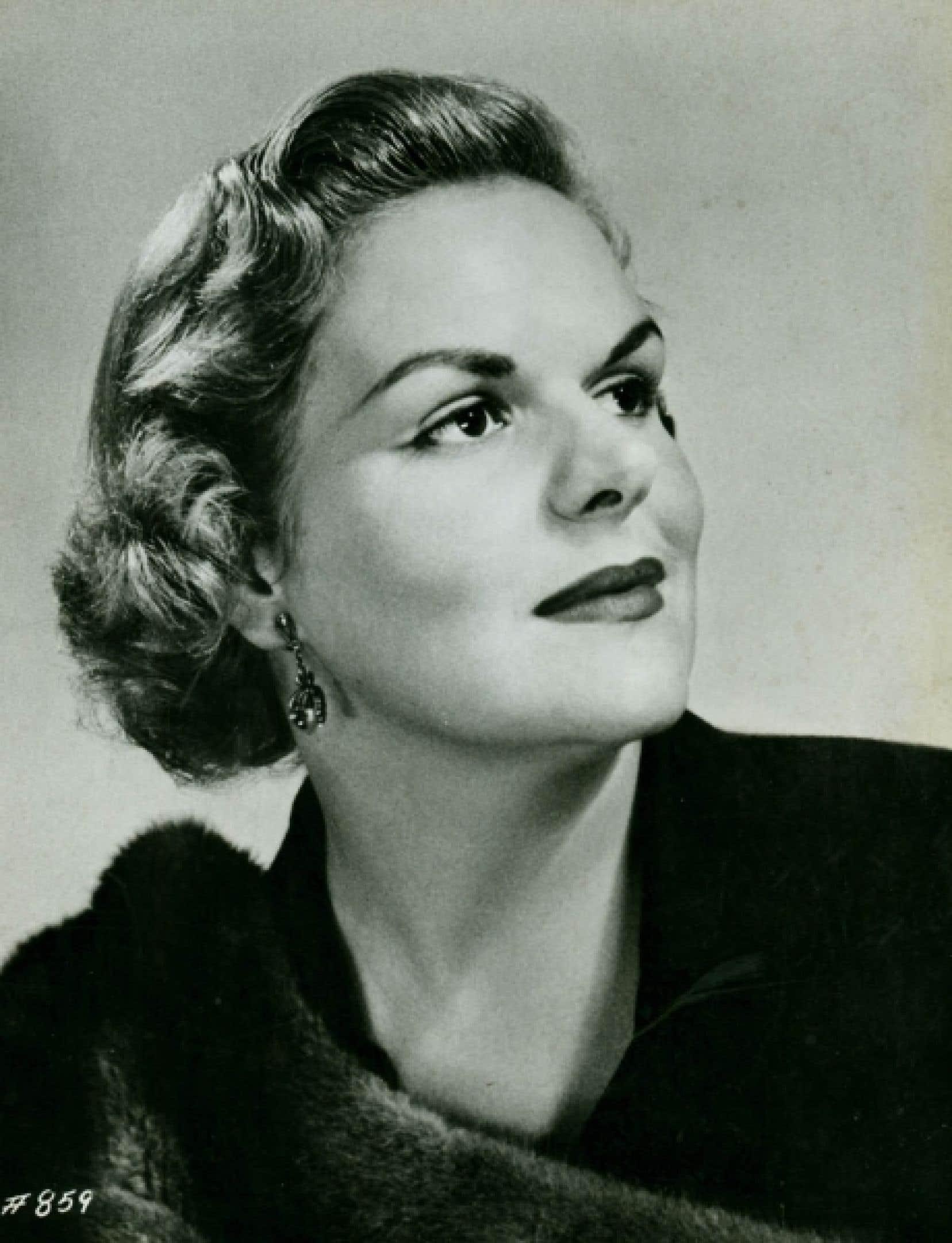 Née à Montréal en 1930, Maureen Forrester rencontre Bruno Walter en 1956, à l'occasion de son récital au New York Town Hall, ce qui l'amène au Carnegie Hall l'année suivante comme soliste dans la 2e Symphonie de Mahler, avec l'Orchestre philharmonique de New York. Photo officielle prise à l'occasion de ses débuts comme chanteuse d'opéra.