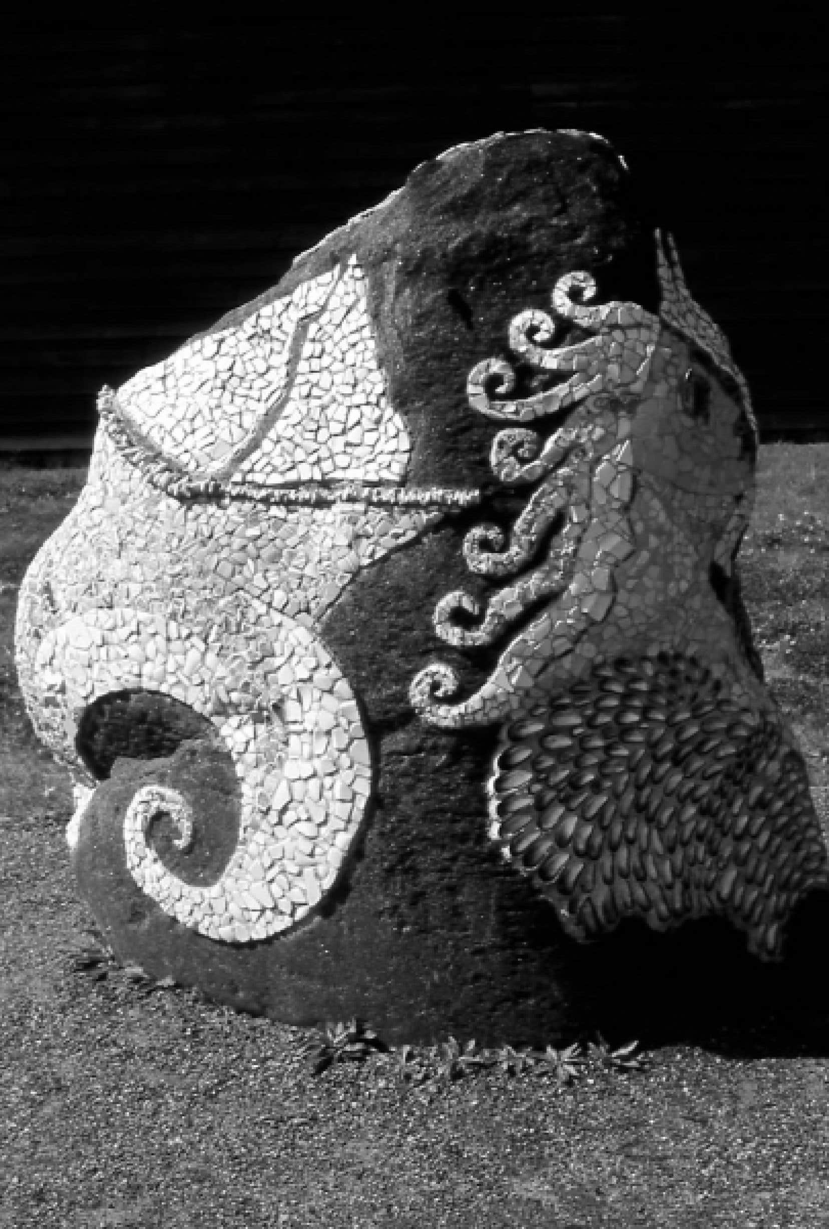 Les mosaïques de cette sculpture sont composées de morceaux de vaisselle trouvée dans une épave.<br />