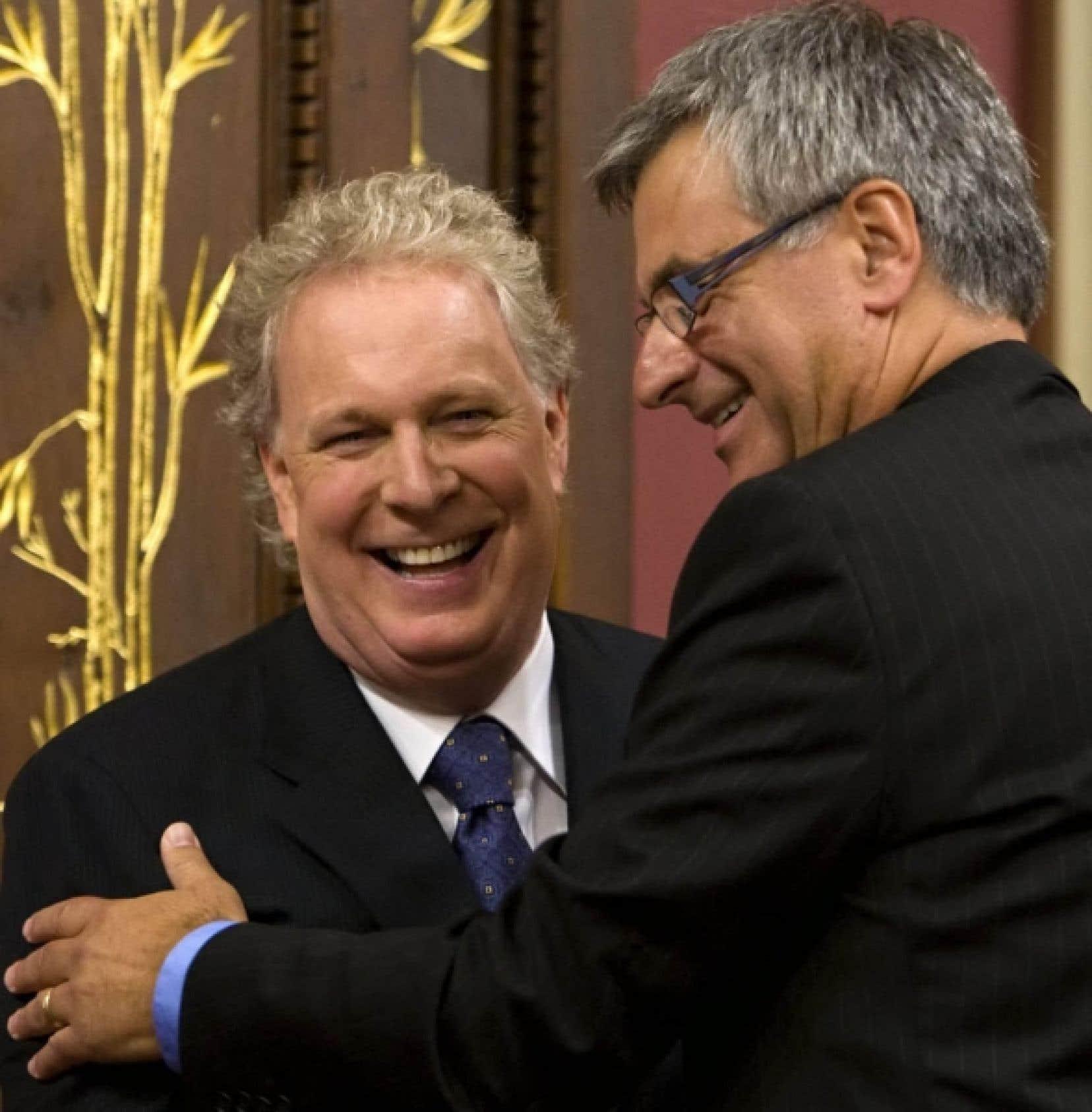 Une poignée de main entre le premier ministre Jean Charest et son nouveau leader parlementaire et titulaire de la Justice, Jean-Marc Fournier, à la cérémonie d'assermentation, hier, à Québec.<br />