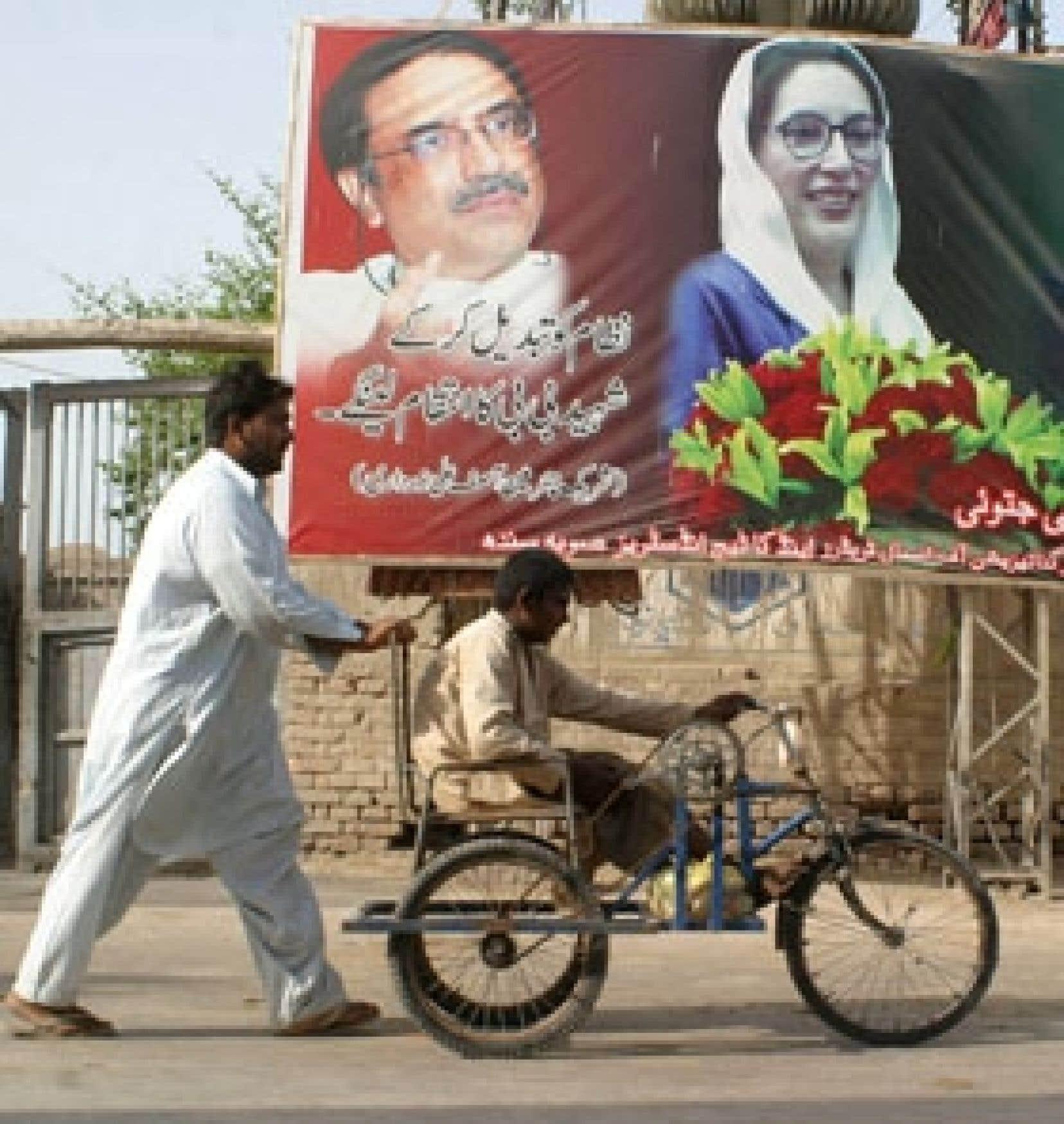 Zardari n'apparaît que rarement sans Benazir Bhutto sur les affiches de campagne.