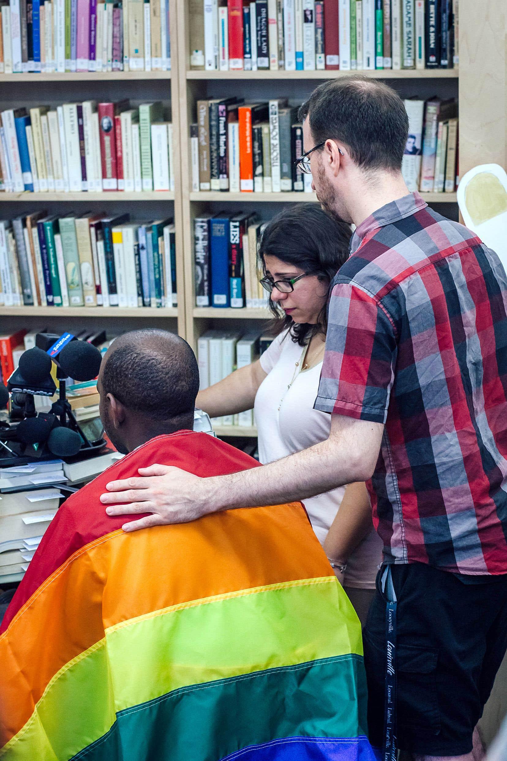 Karim (nom fictif), un guineen bisexuel, soutenu par Christian Tanguay, du Centre communautaire LGBTQ+ de Montréal et de Meryem Benslimane, d'Action LGBTQ avec les immigrantEs et réfugiéEs (AGIR), pendant une conférence de presse dimanche dernier.