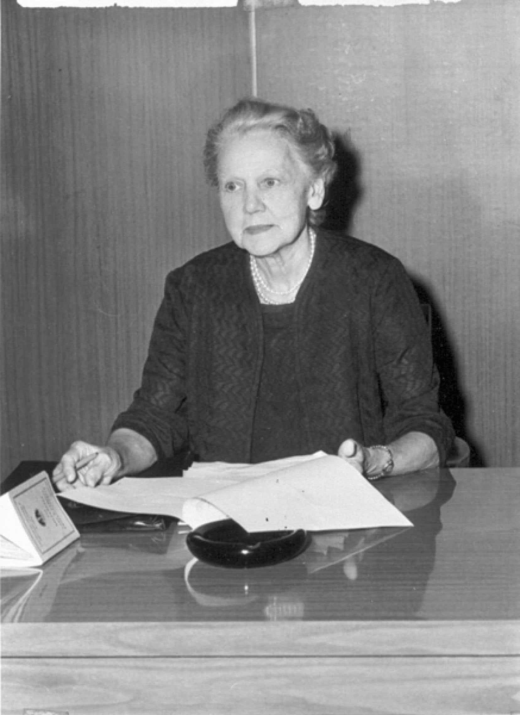 Grâce au travail acharné de Laure Gaudreault, la Fédération des institutrices rurales de la province de Québec obtient en 1945 un salaire minimum annuel de 600 $ pour les enseignants.<br />