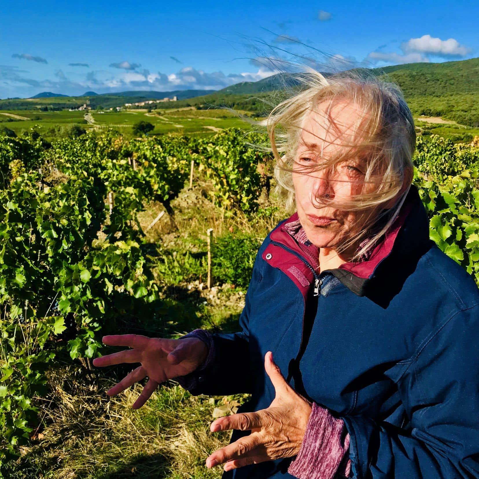 Brigitte Chevalier aux quatre vents au Domaine de Cébène (Faugères) où la vie suspend son temps, dans une paix quasi monastique.