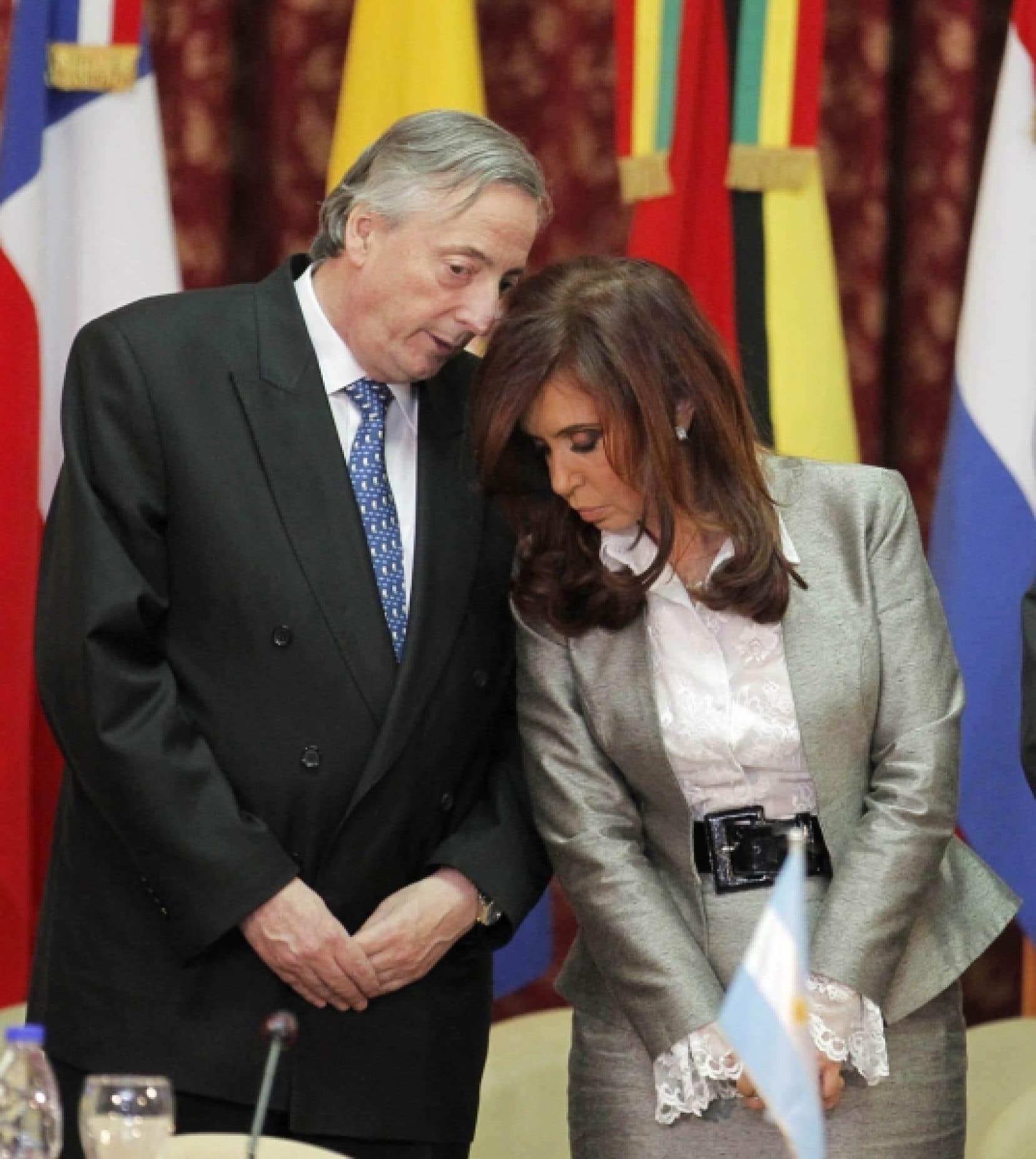 En 2007, Cristina Kirchner avait succédé à son mari à la présidence de la République d'Argentine avec plus de 45 % des suffrages. Selon un éditorial du journal d'opposition La Nación, Nestor Kirchner «exerçait réellement le pouvoir, et non pas son épouse [...] Elle n'a jamais cherché à se constituer un espace propre de pouvoir, ou même symbolique».<br />