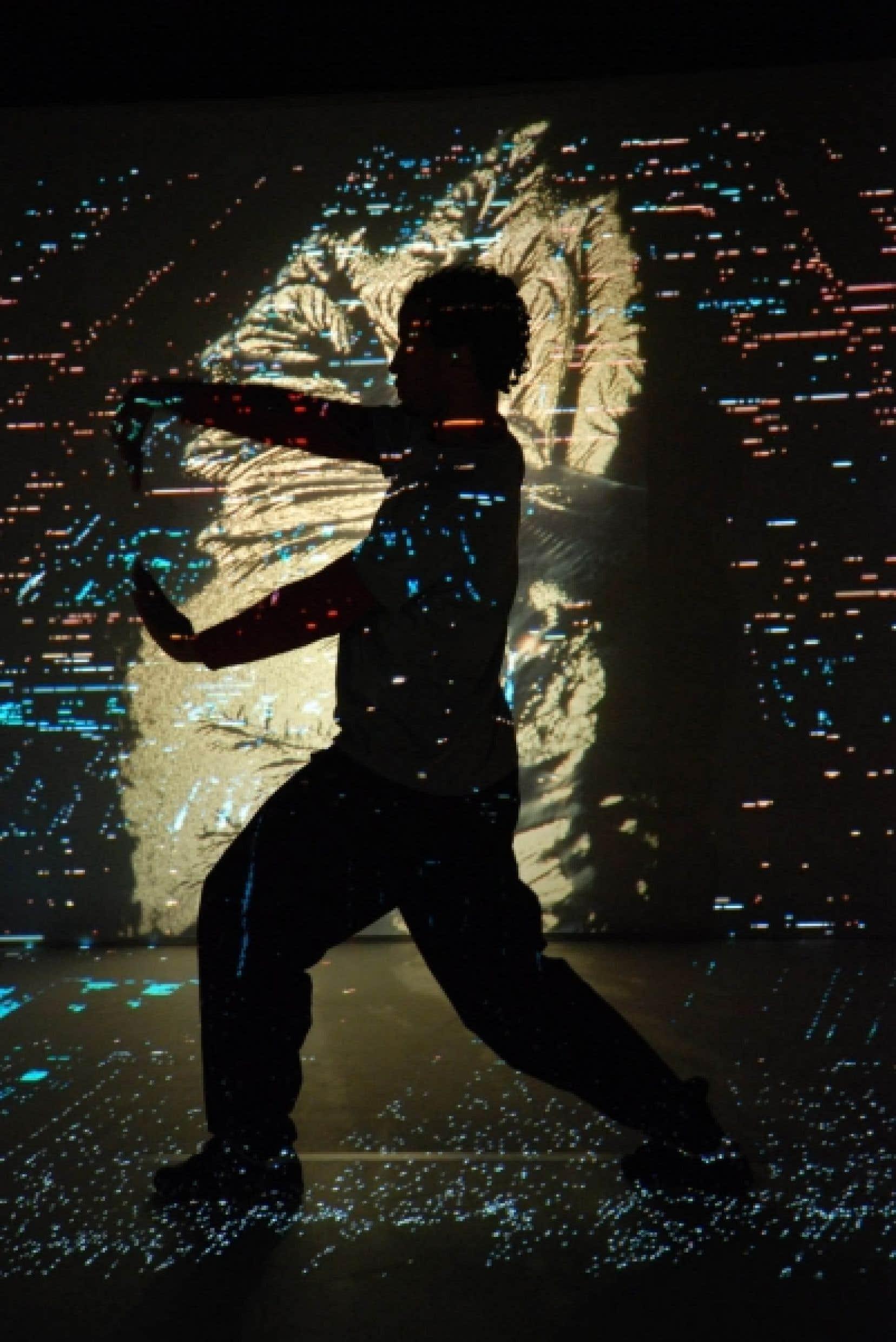Une scène de Moi seul, un spectacle faisant appel aux langages de la danse, de la musique et de la vidéo en direct conçu, orchestré et mis en scène par Laurent Dupont, un des pionniers du théâtre pour bébés qui a plusieurs cordes à son arc.<br />