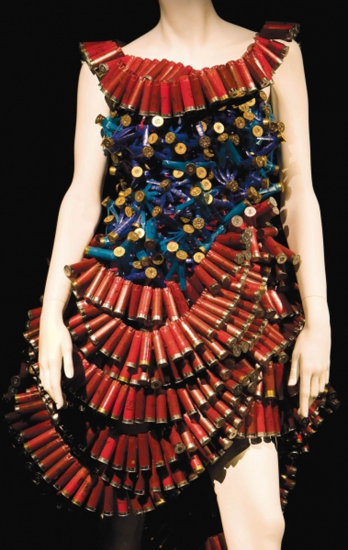 Des 16 robes exposées, quatre proviennent du défilé Mode Réc'Up de 2007. Pour O.N.E, les filles de la griffe MolyCulte ont retravaillé leur Robe de balles, conçue avec 2000 cartouches de fusil provenant d'une école de tir. Elle sert de mannequin pour aborder le thème de la guerre et ses impacts sur l'environnement.<br />
