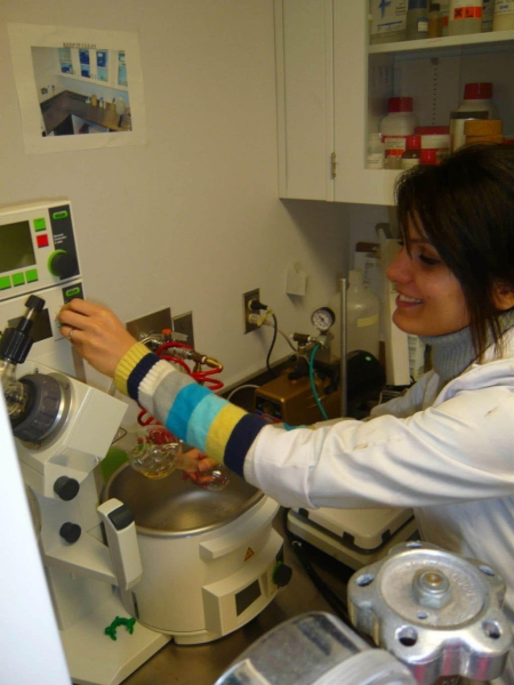 Le laboratoire de nanorobotique attire des chercheurs issus de l'extérieur du pays. C'est le cas de Samira Taherkhani, arrivée de l'Iran l'an dernier pour faire son doctorat avec le professeur Sylvain Martel.<br />