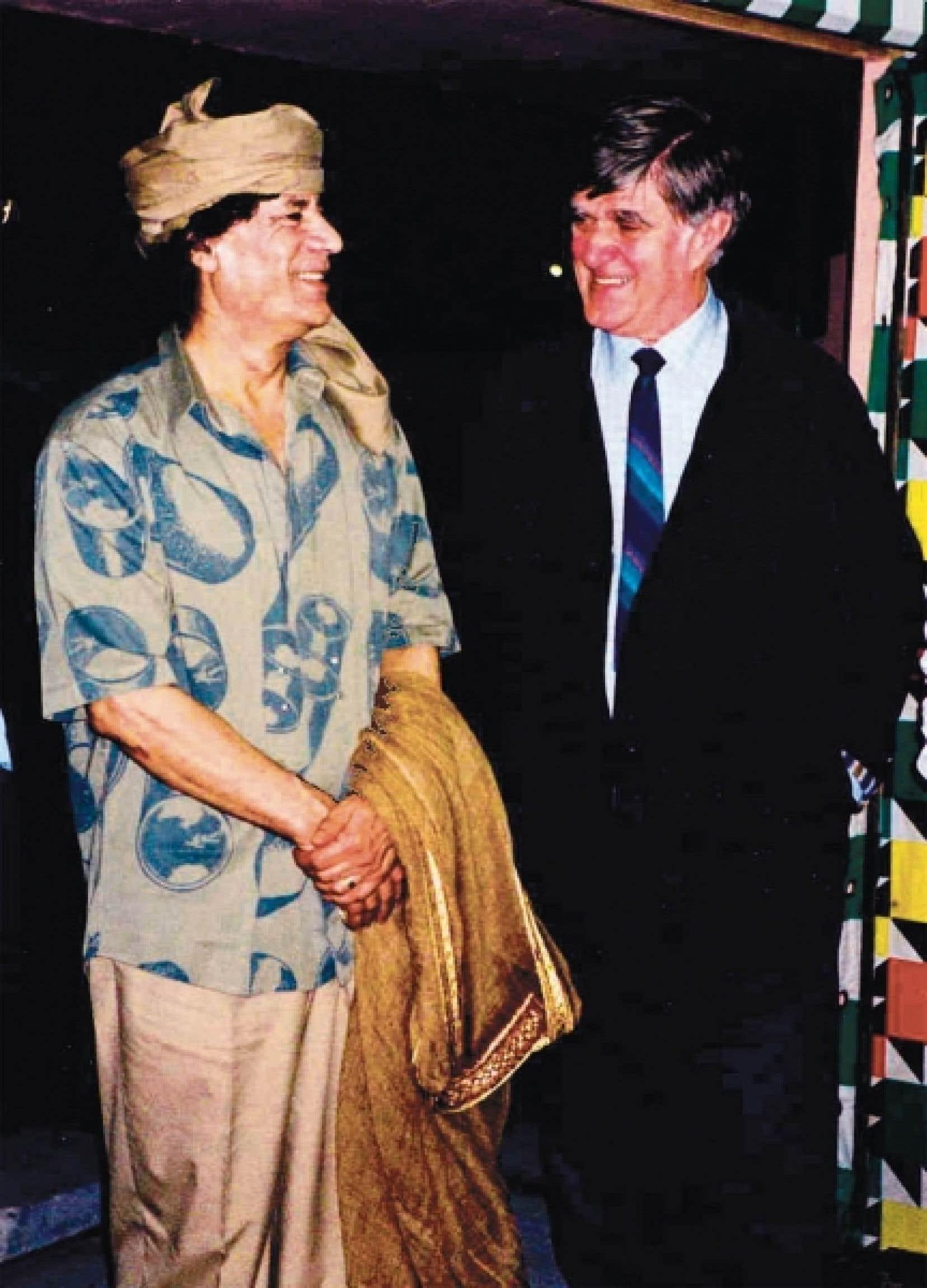 Mouammar Kadhafi, à gauche, en compagnie d'Alain Stanké<br />