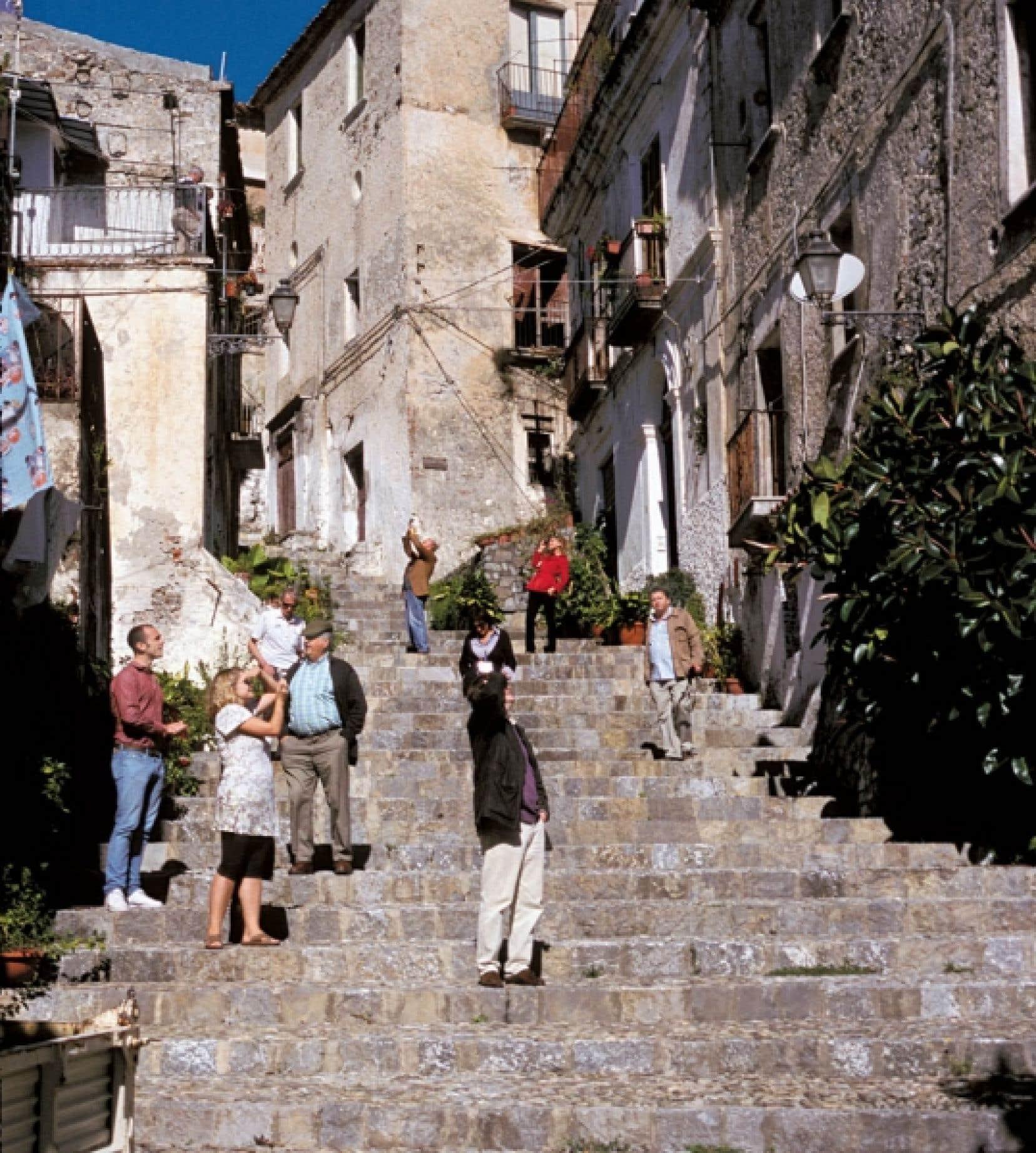 Scalea, entre collines et bord de mer, est tout en escaliers et en ruelles.<br />
