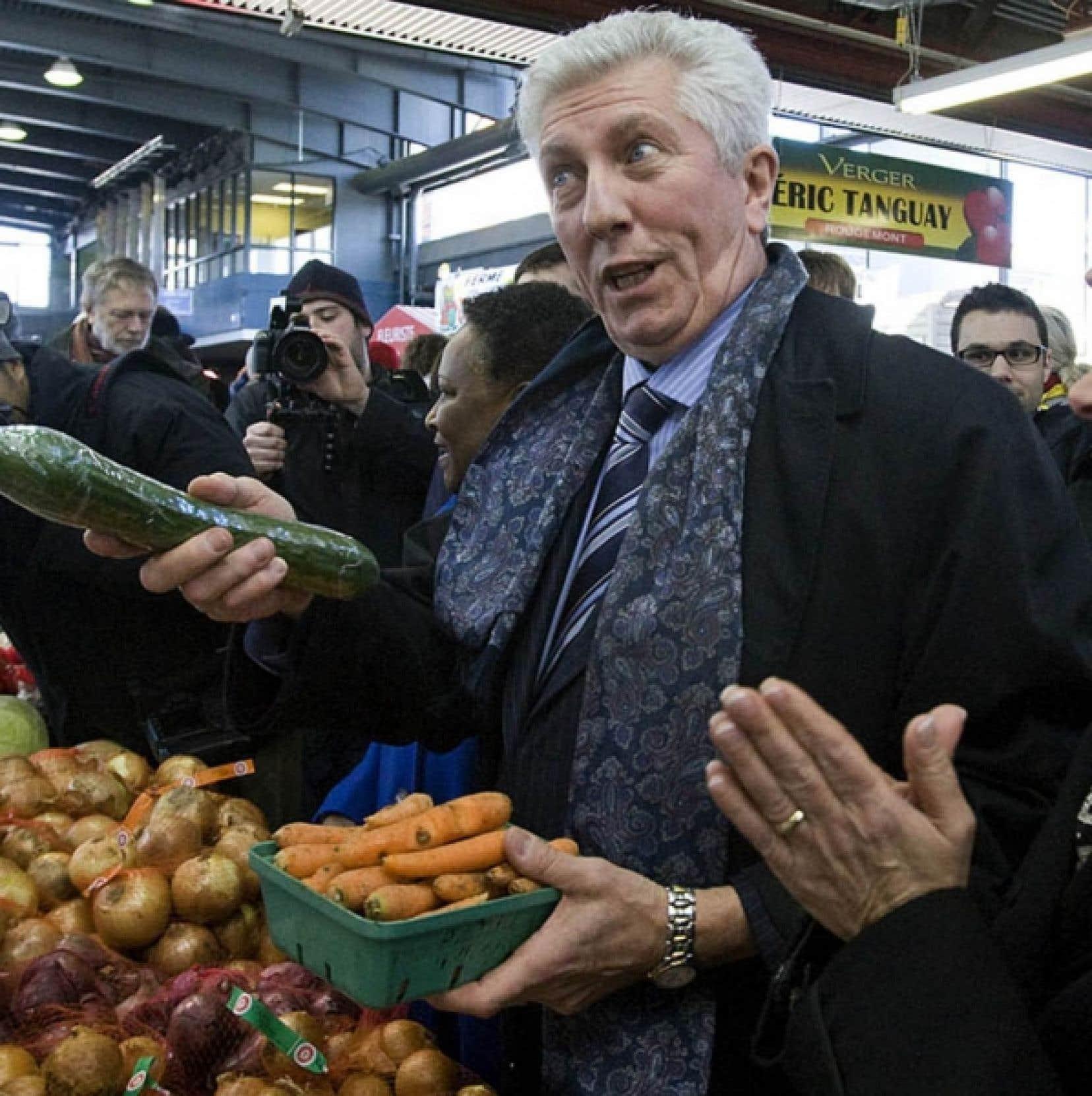 Le chef du Bloc, Gilles Duceppe, se trouvait à Montréal au deuxième jour de la campagne. On le voit ici au marché Jean-Talon<br />