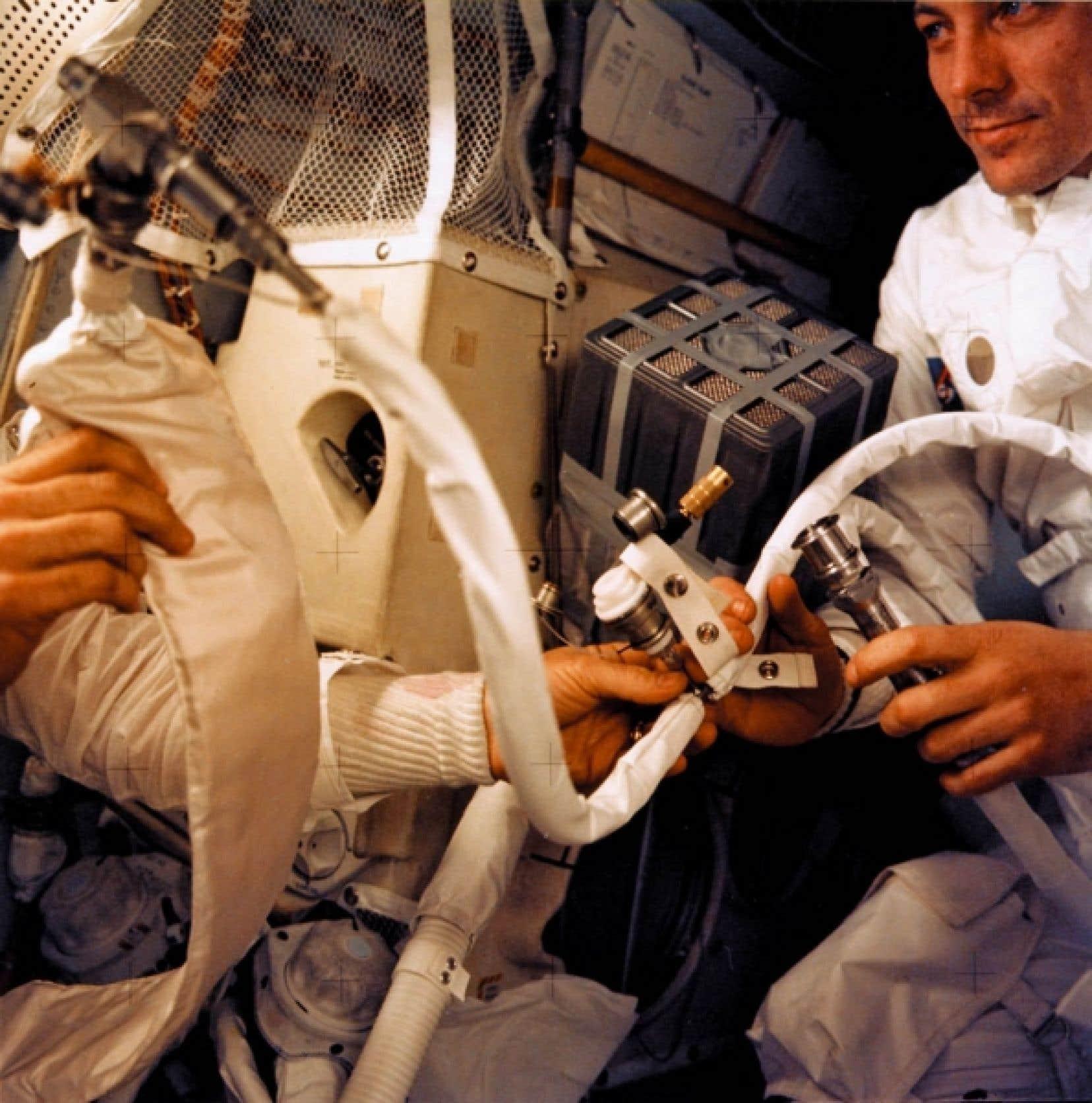 Cette photo de la NASA montre l'astronaute Fred W. Haise Jr au travail lors du vol dramatique d'Apollo 13, en avril 1970. Un incendie à bord du module avait forcé les astronautes à prendre des mesures extraordinaires pour regagner la Terre. C'est en lançant des vols comme celui-là que la NASA et les autres agences d'exploration spatiale ont développé une foule de technologies utilisées aujourd'hui dans toutes sortes de domaines.<br />