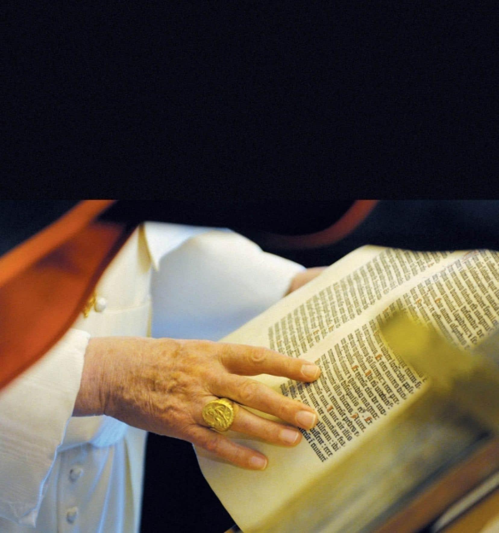 Le pape Benoît XVI feuillette un des innombrables documents de la bibliothèque du Vatican.<br />