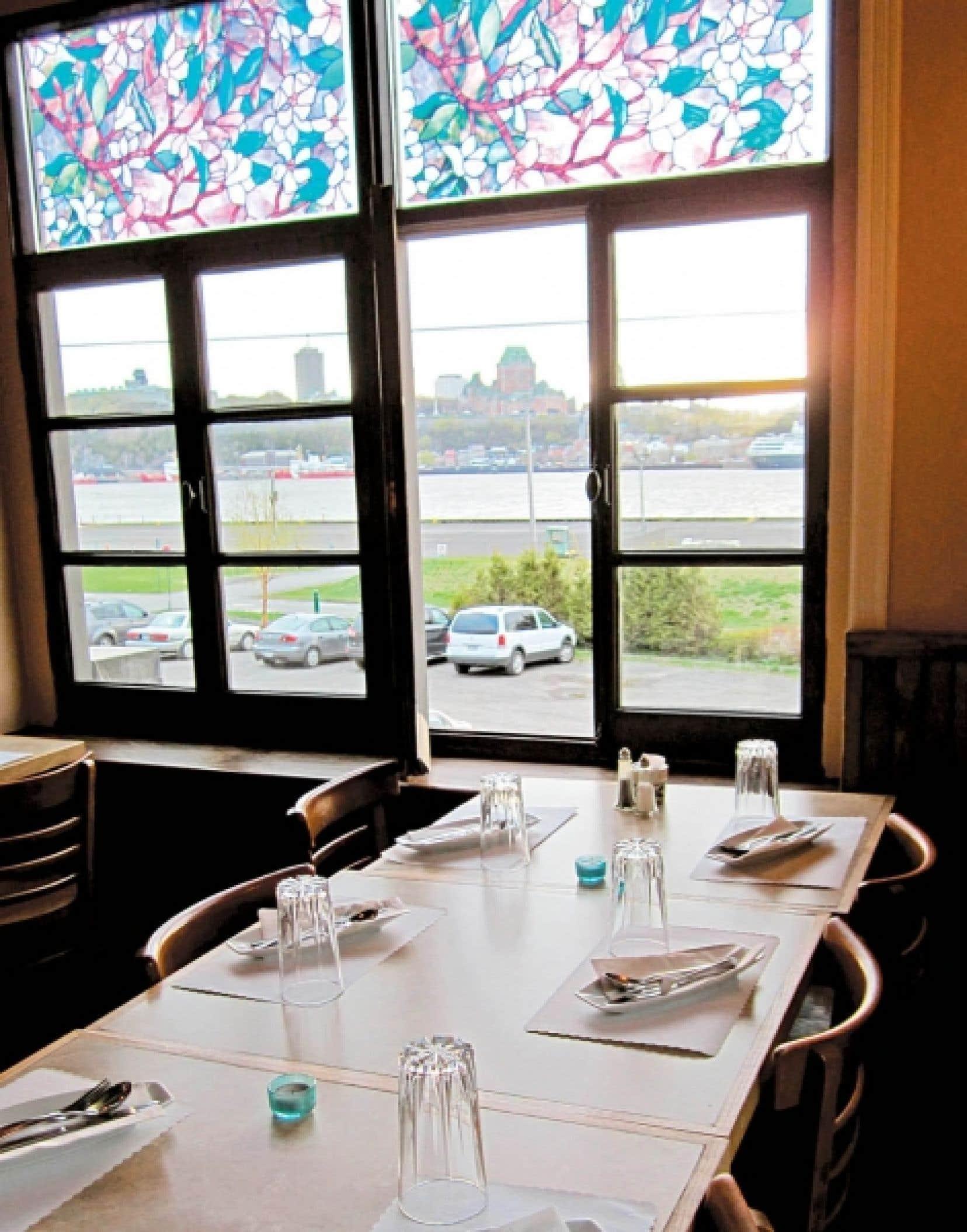 Au restaurant L'Escalier de Lévis, on peut déguster un très bon repas à prix raisonnable, ou choisir d'y manger sur le pouce pour savourer le plaisir d'une vue exceptionnelle sur Québec et sur le Saint-Laurent.<br />