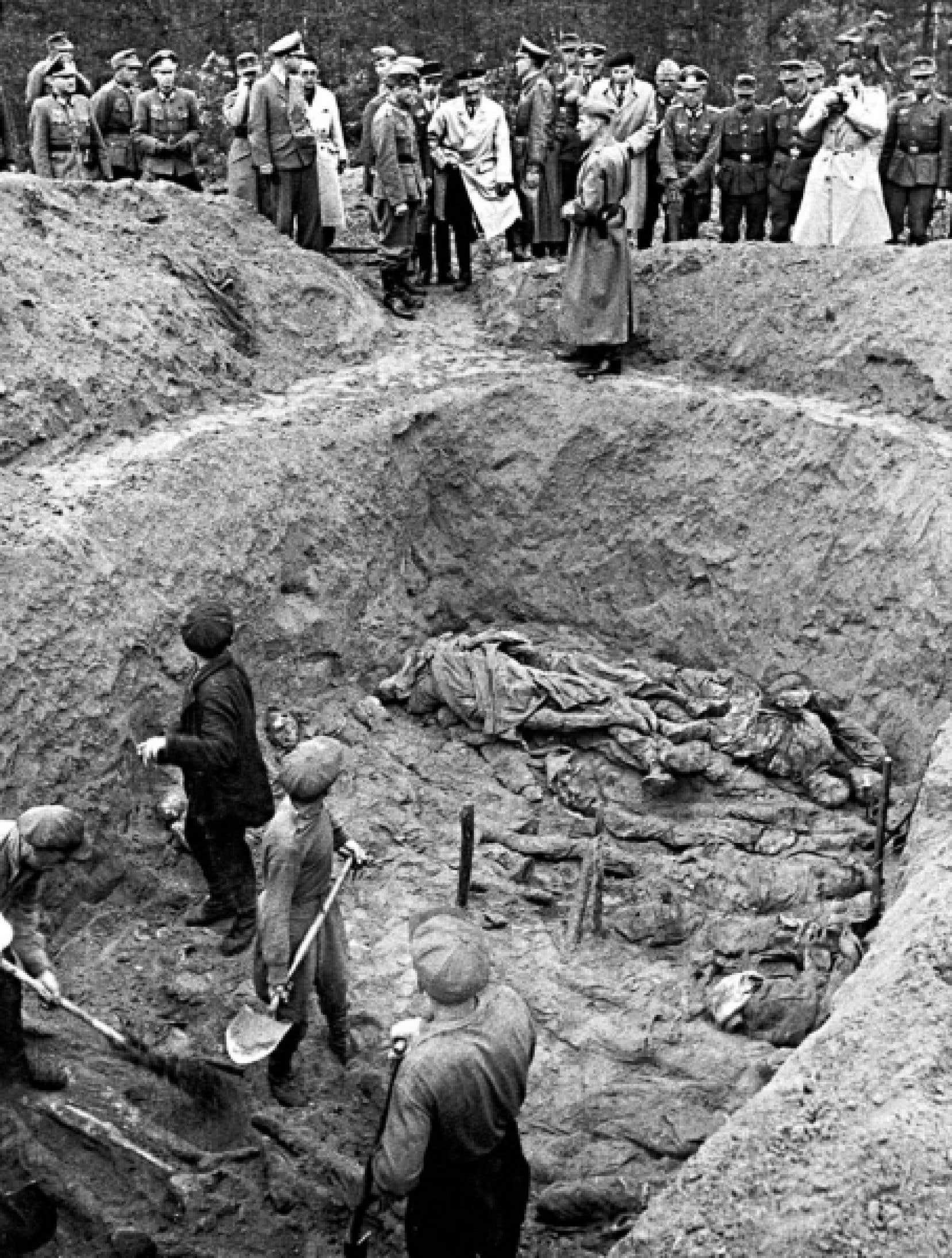 Des officiers allemands font d&eacute;terrer une fosse commune dans la for&ecirc;t de Katyn, au printemps de 1943, remplie de cadavres d&rsquo;officiers polonais abattus en masse par le NKVD sovi&eacute;tique en avril 1940. <br />