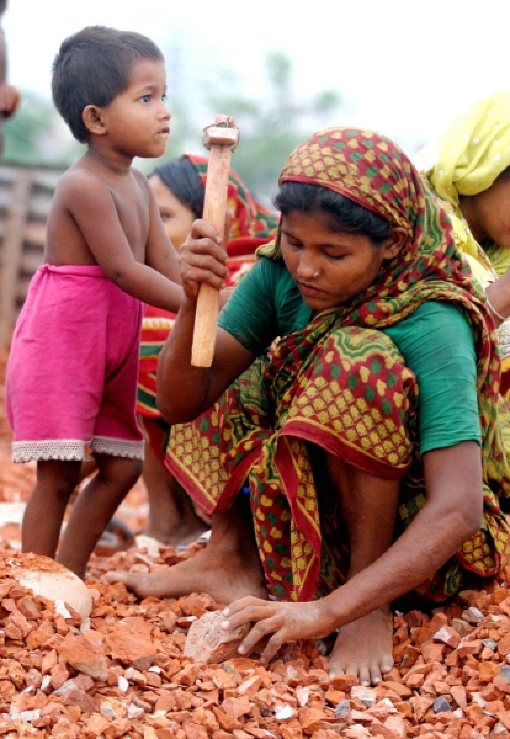 Femme travaillant dans une briqueterie au Bangladesh. Les femmes pauvres peuvent être considérées comme le «paradigme de l'humanité blessée et des écosystèmes menacés».<br />