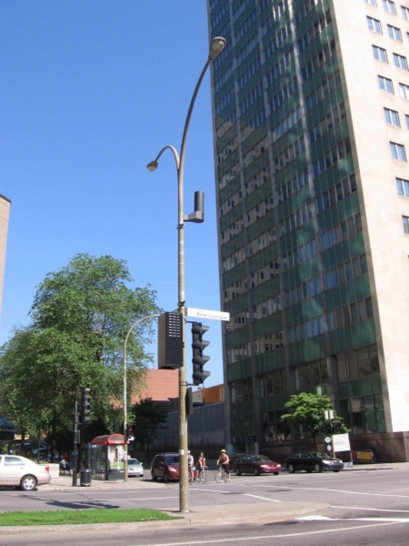 La Ville de Montréal autorisera l'installation d'antennes sur des équipements urbains lui appartenant. Une entente a d'ailleurs été conclue avec l'entreprise Dascom qui entend installer 259 antennes sur des lampadaires et feux de circulation du territoire de l'île de Montréal. On peut voir l'antenne, de forme cylindrique et de couleur noire, juchée sur ce poteau.<br />