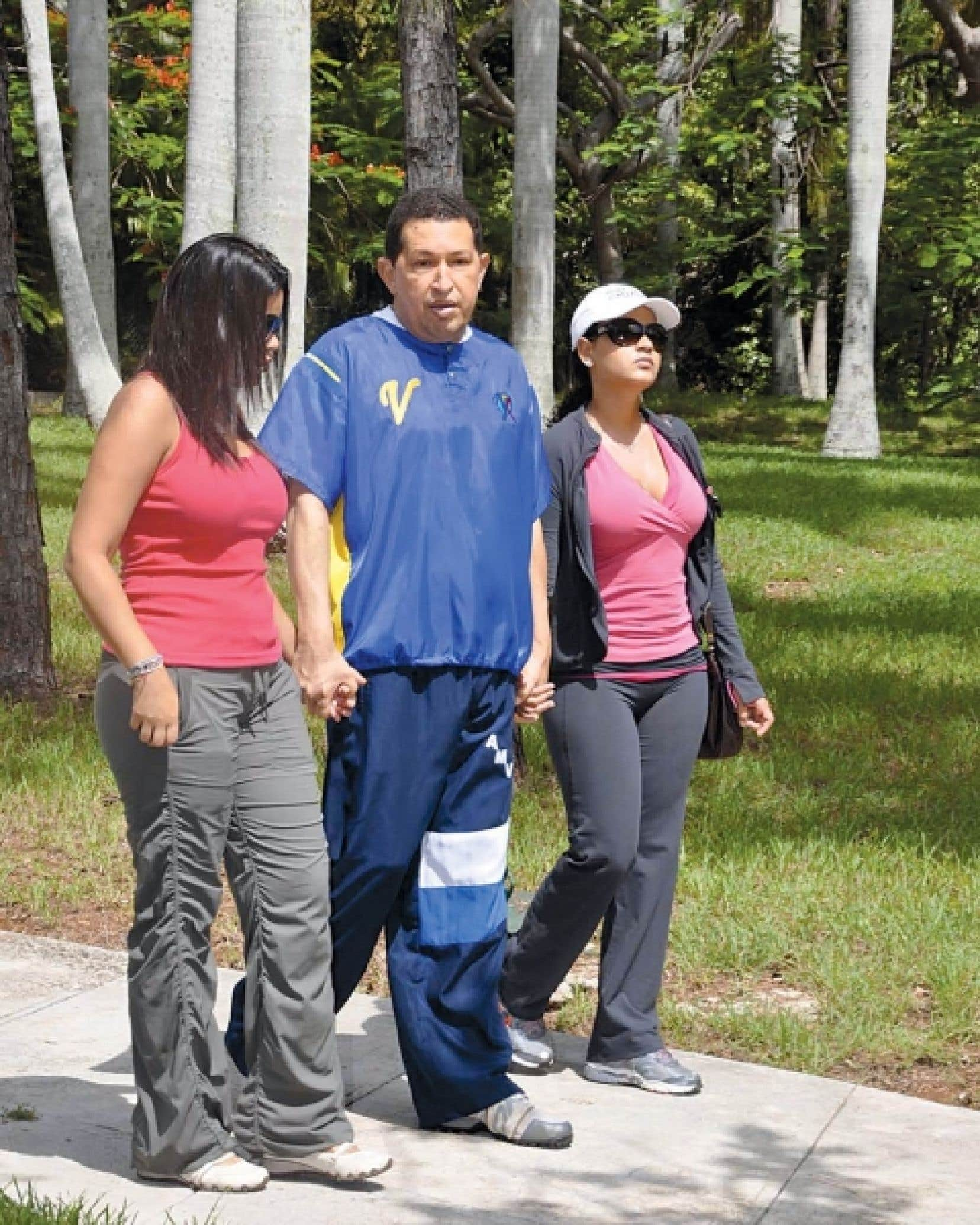 Hugo Chávez fait quelques pas en compagnie de ses filles, Maria Gabriela et Rosa Virginia.<br />