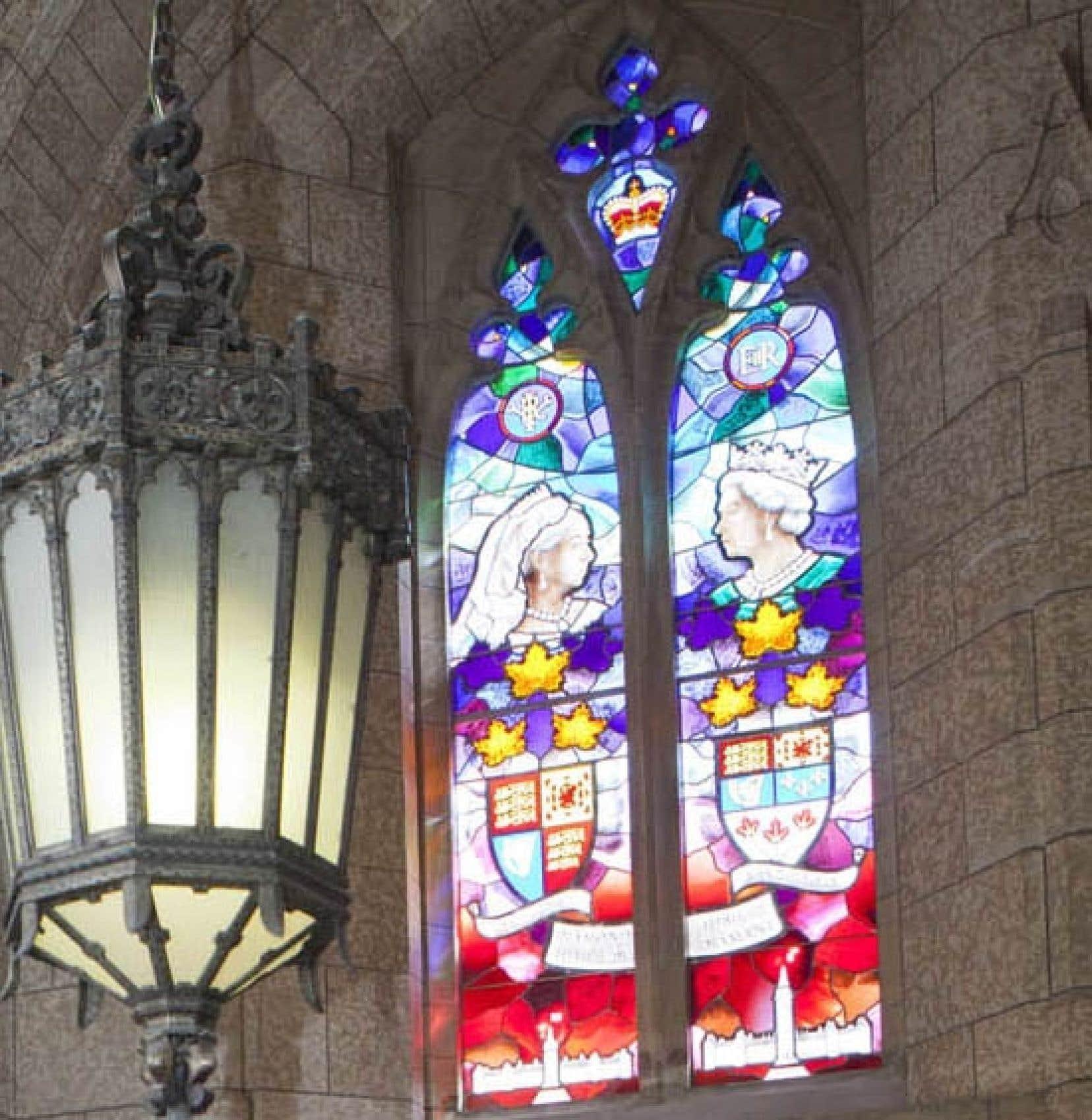 L'artiste Christopher Goodman indique que son vitrail consacré à la royauté britannique a été terminé il y a un an. Le gouvernement Harper l'a installé en catimini il y a deux semaines.<br />