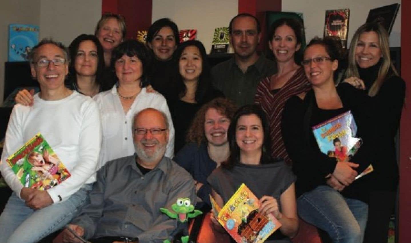 L'équipe rédactionnelle des Débrouillards, avec à l'avant-plan la mascotte Beppo, l'éditeur Félix Maltais, la rédactrice en chef adjointe et la rédactrice en chef du magazine, Laurène Smagghe et Isabelle Vaillancourt.
