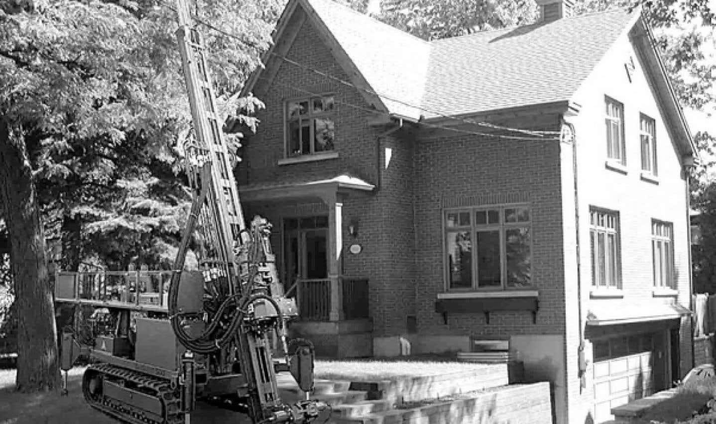 Foreuse servant à installer un système de chauffage géothermique dans une résidence