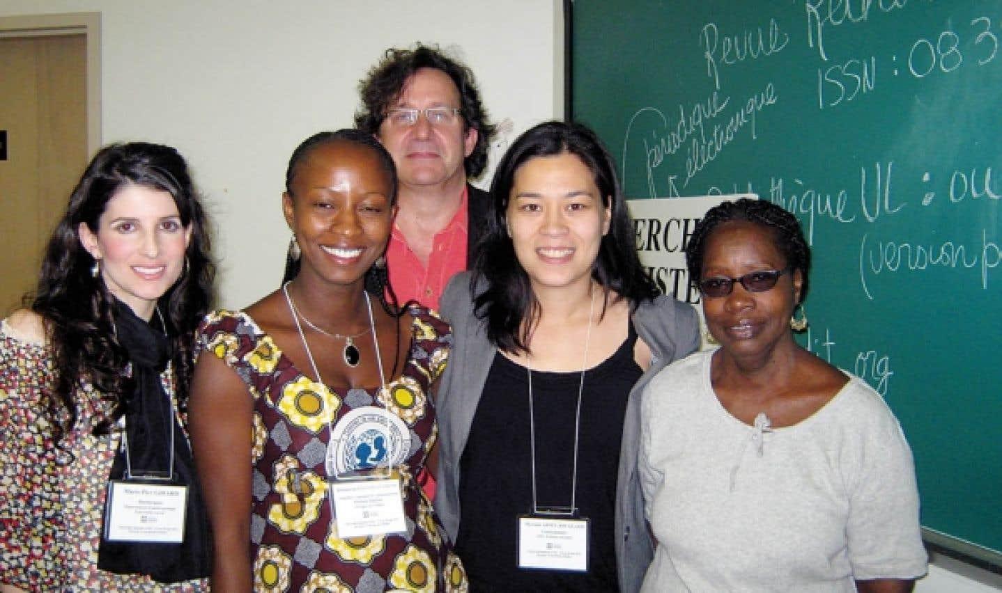 Marie-Pier Girard, Hannatou Ousmane, Myriam Ariey-Jouglard et Codou Bop, conférencières, ainsi que Richard Marcoux, président de la séance consacrée au travail de jeunes femmes du Sud, à l'Université féministe d'été en 2011