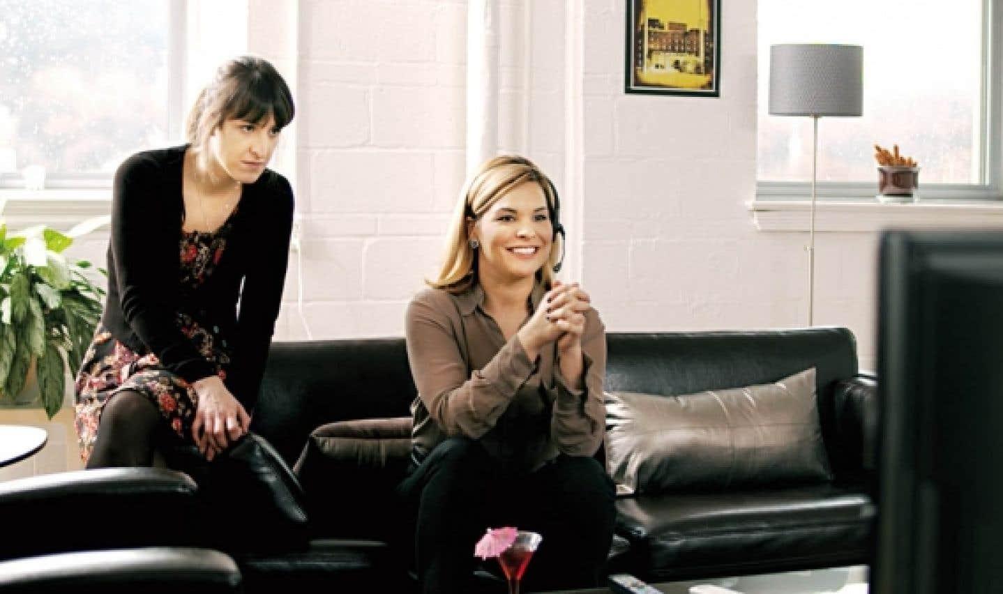 Dans Hors d'ondes, Anne-Élizabeth Bossé joue le rôle de la directrice de production d'une téléréalité et l'ex-lofteuse, animatrice télé et désormais comédienne Kim Rusk endosse le rôle de productrice en chef.